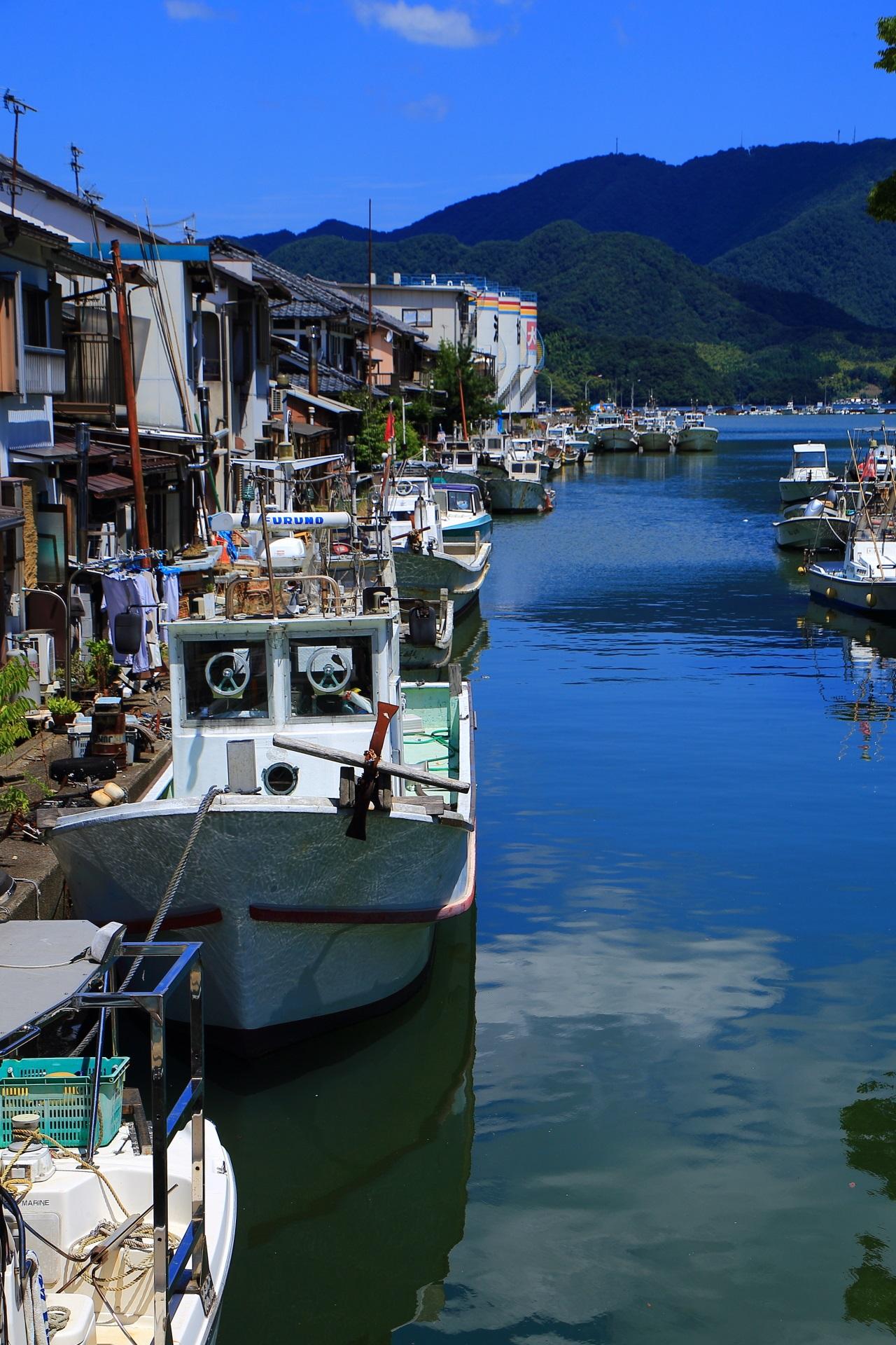 川岸に漁船がびっしりと並ぶ独特の情景の吉原入江