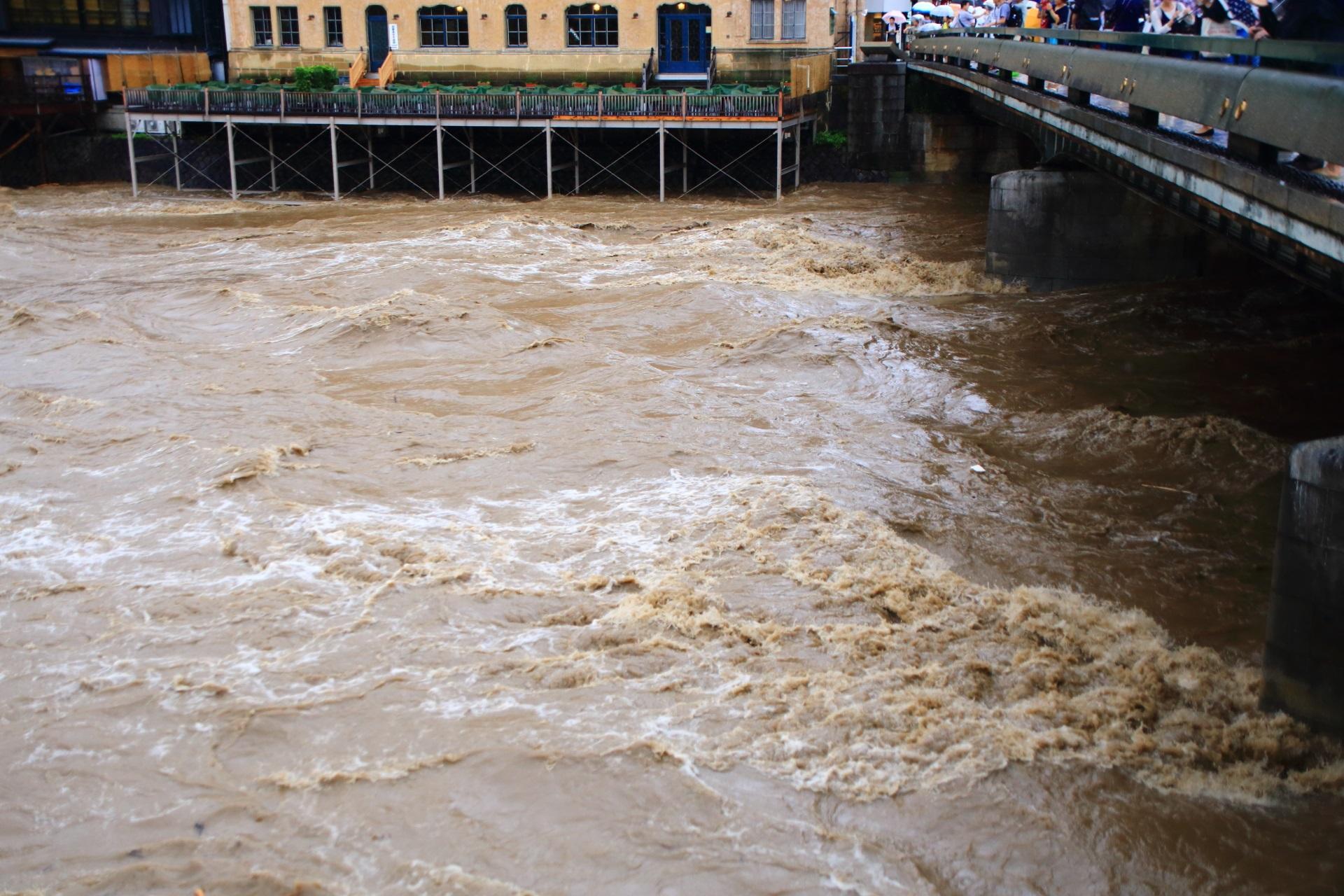 四条大橋の直ぐ下の激流の鴨川