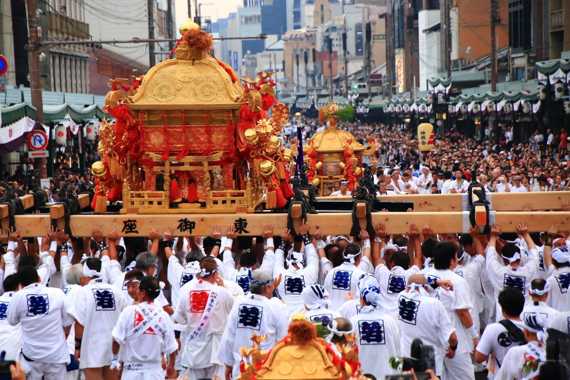 力強く差し上げられる神幸祭のお神輿
