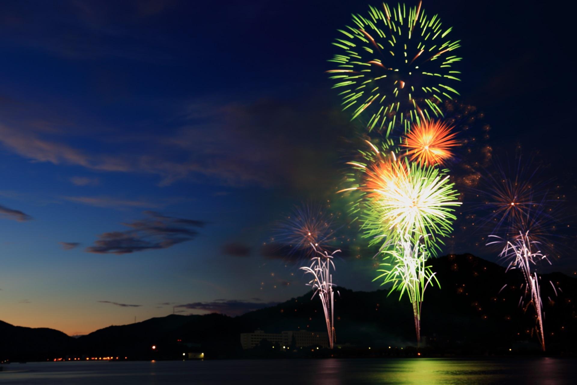 まだ紺色や葵色をした空に打ち上がる舞鶴の花火