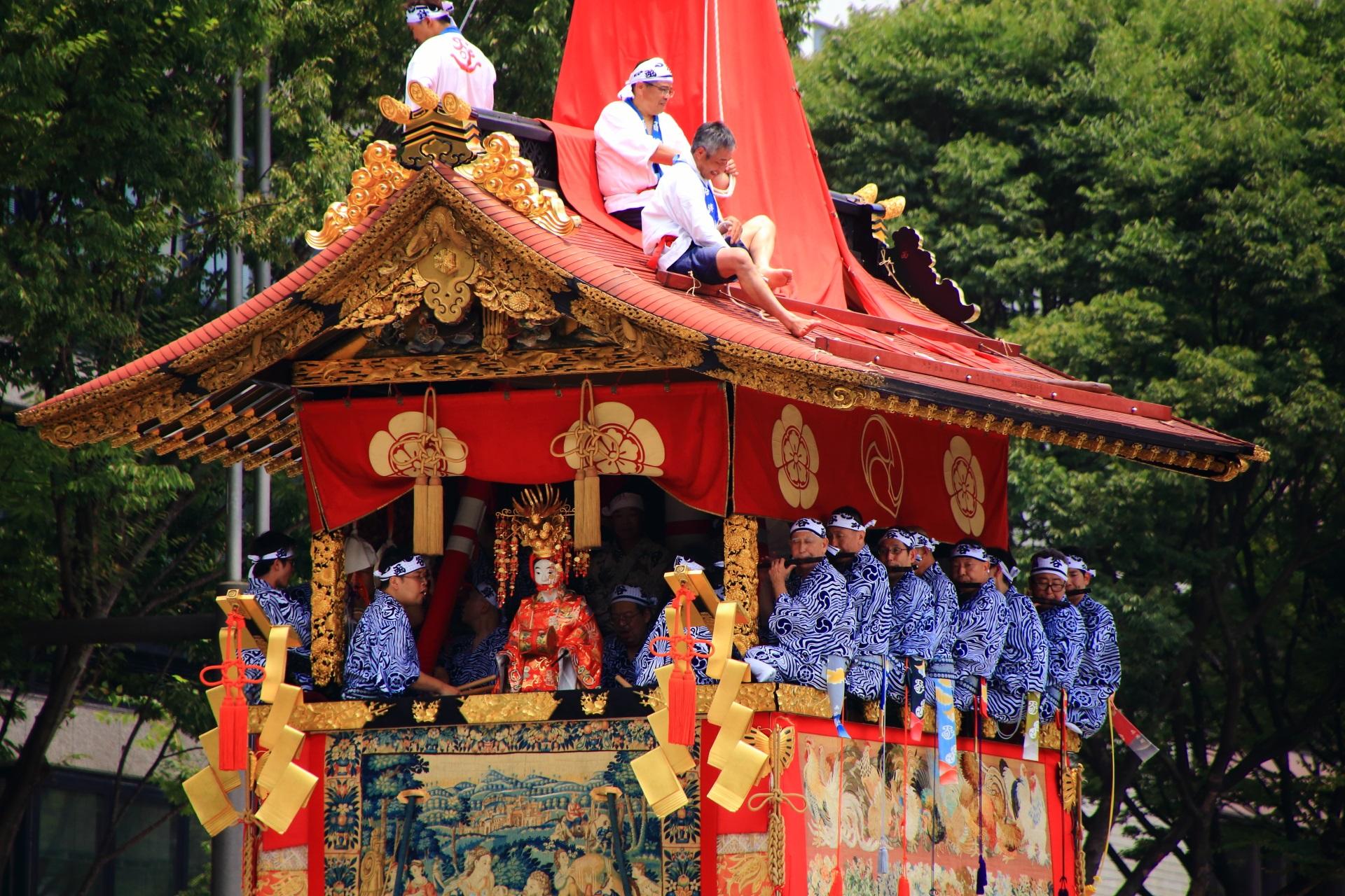 函谷鉾の煌びやかな装飾と「嘉多丸(かたまる)」と名付けられた稚児人形
