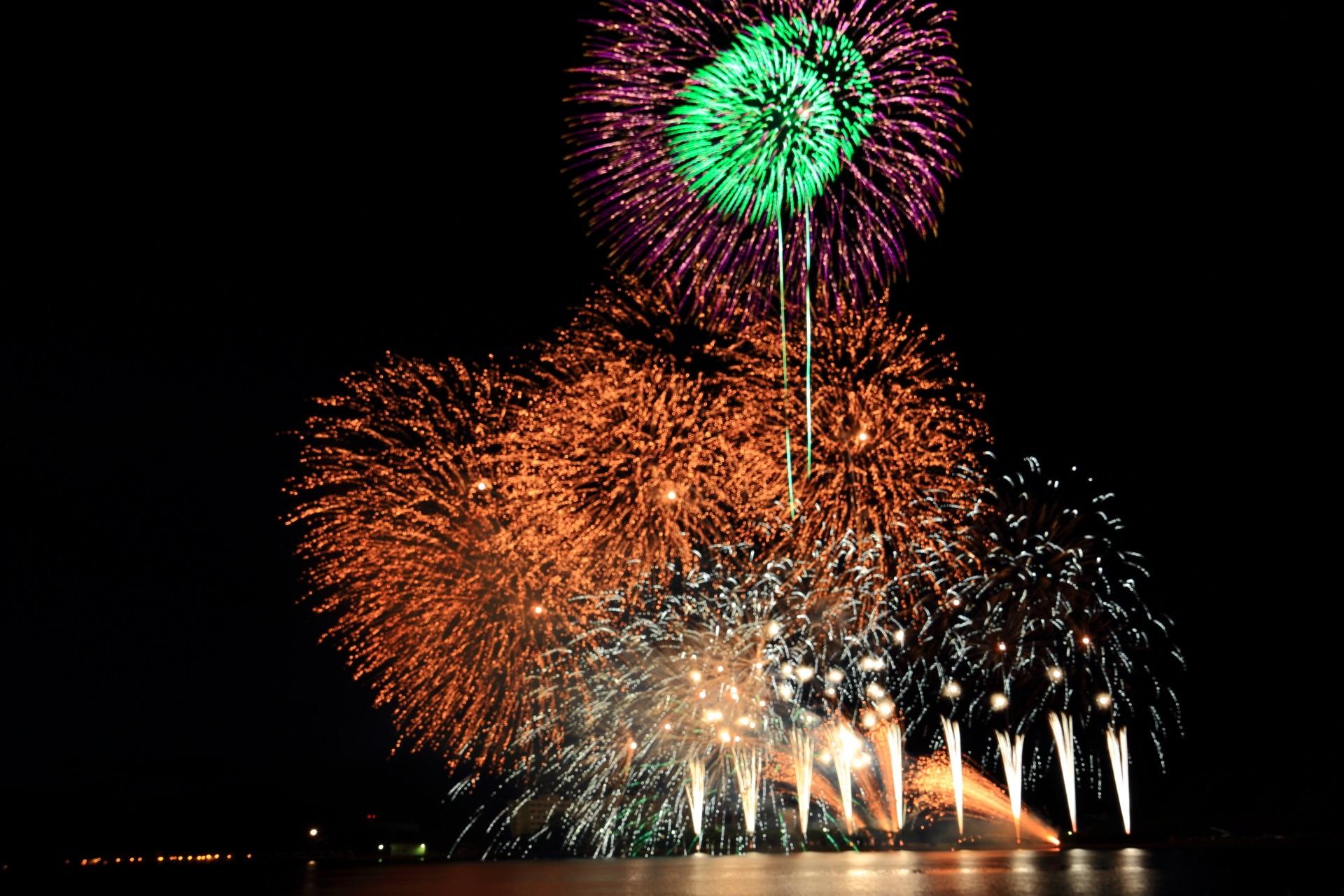 どんどん打ち上がる舞鶴の多彩な花火
