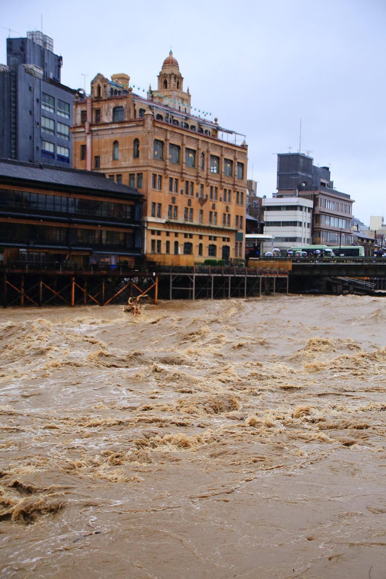 豪雨で増水し激流と化した2018年7月6日の鴨川