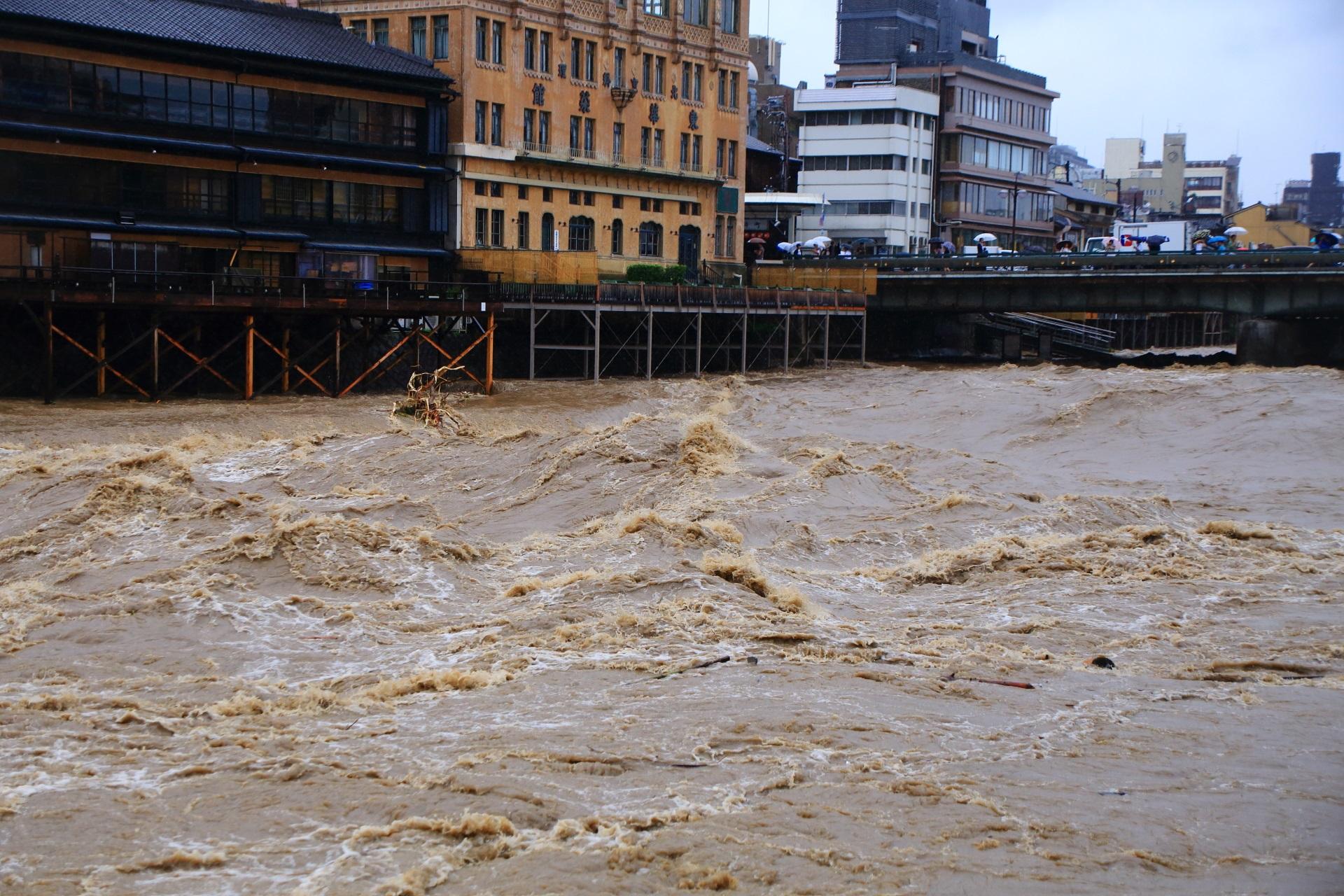 長い時間激流と化した2018年7月6日の鴨川