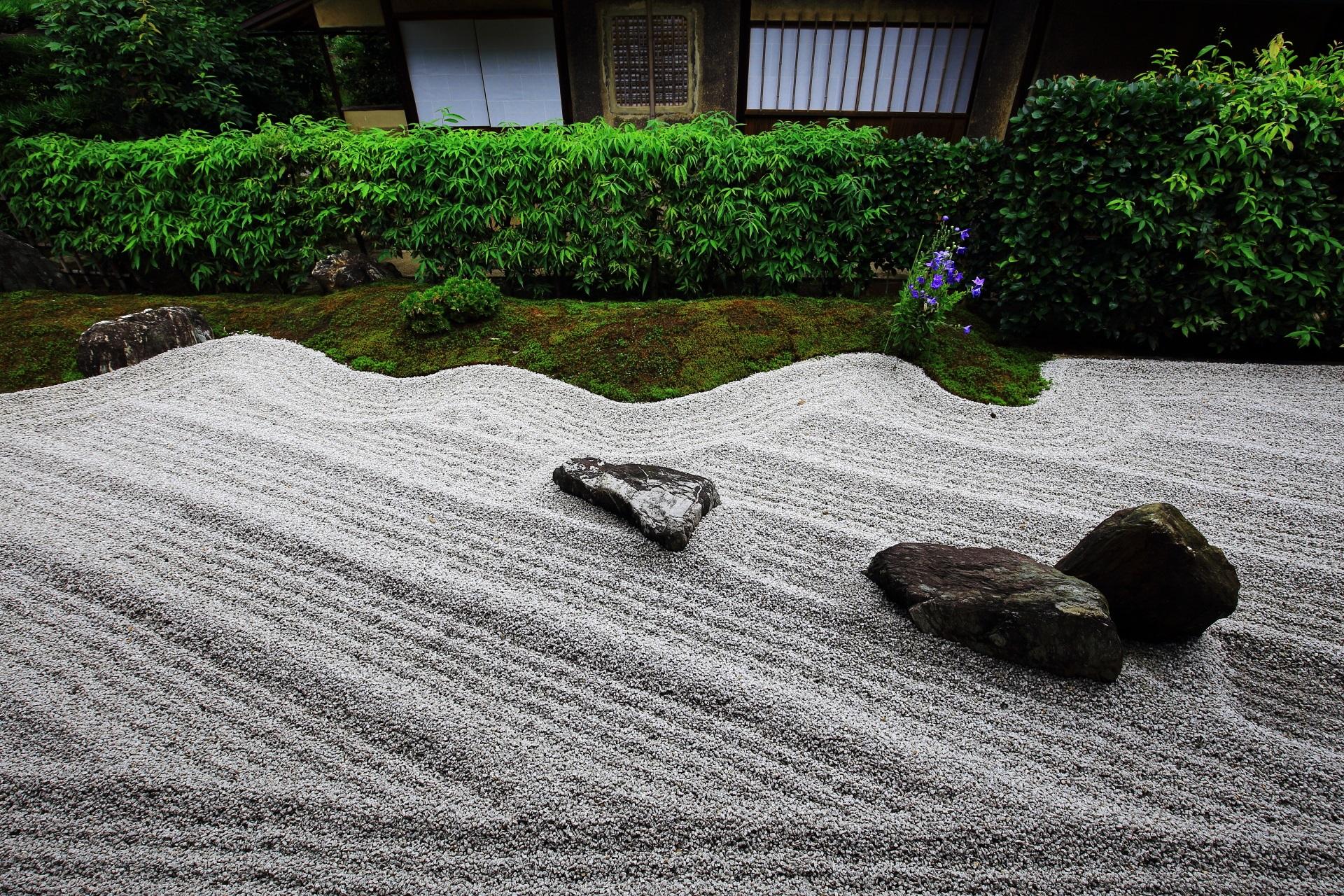 美しい波模様の白砂に石が配される閑眠庭