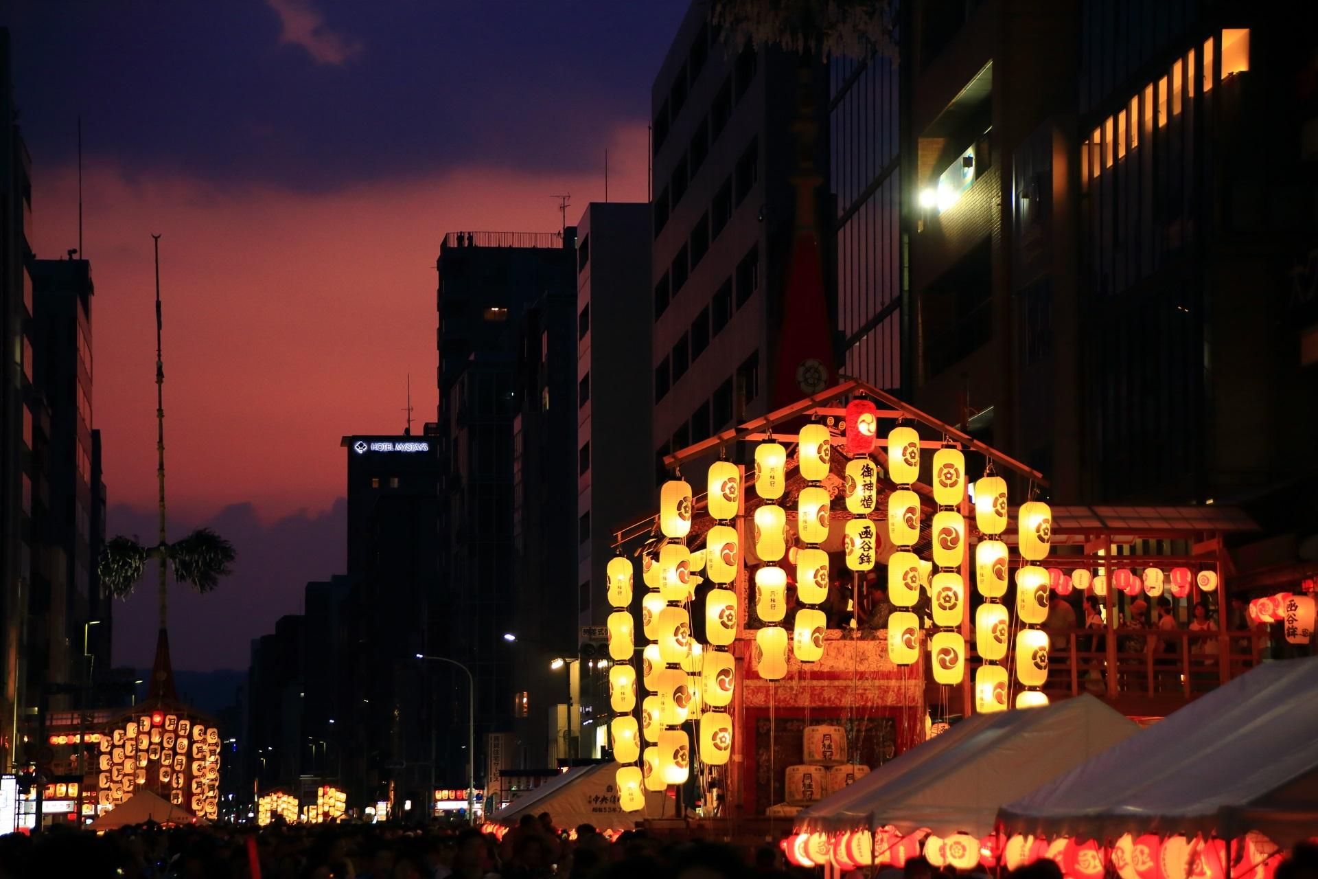 まだまだ暑い京都の夜を灯す宵山の駒形提灯
