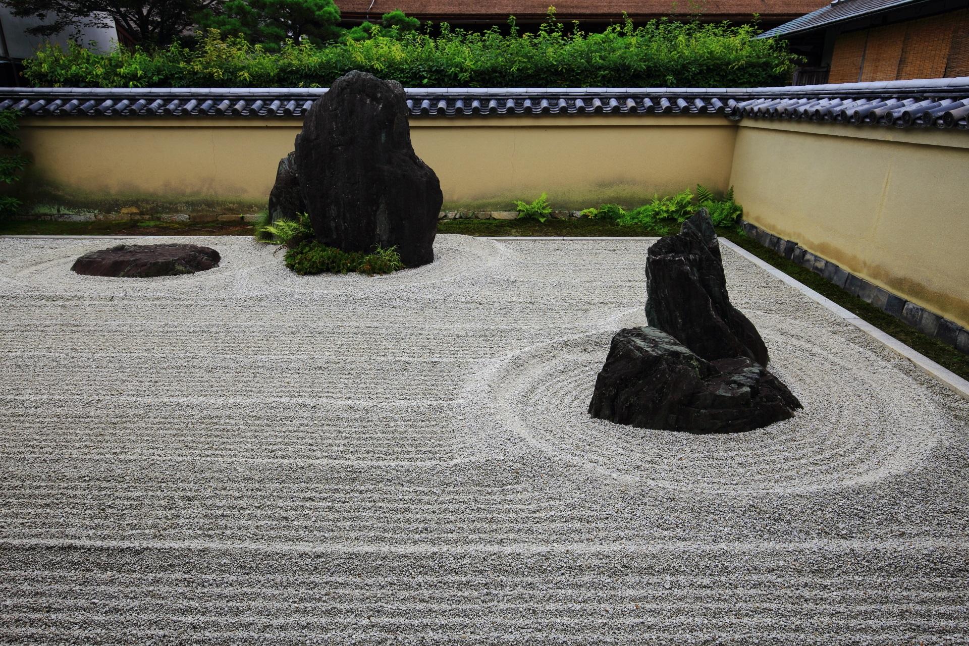 中央の力強い岩は蓬莱山を現し右の石組みは鶴島を現す龍源院方丈前庭園