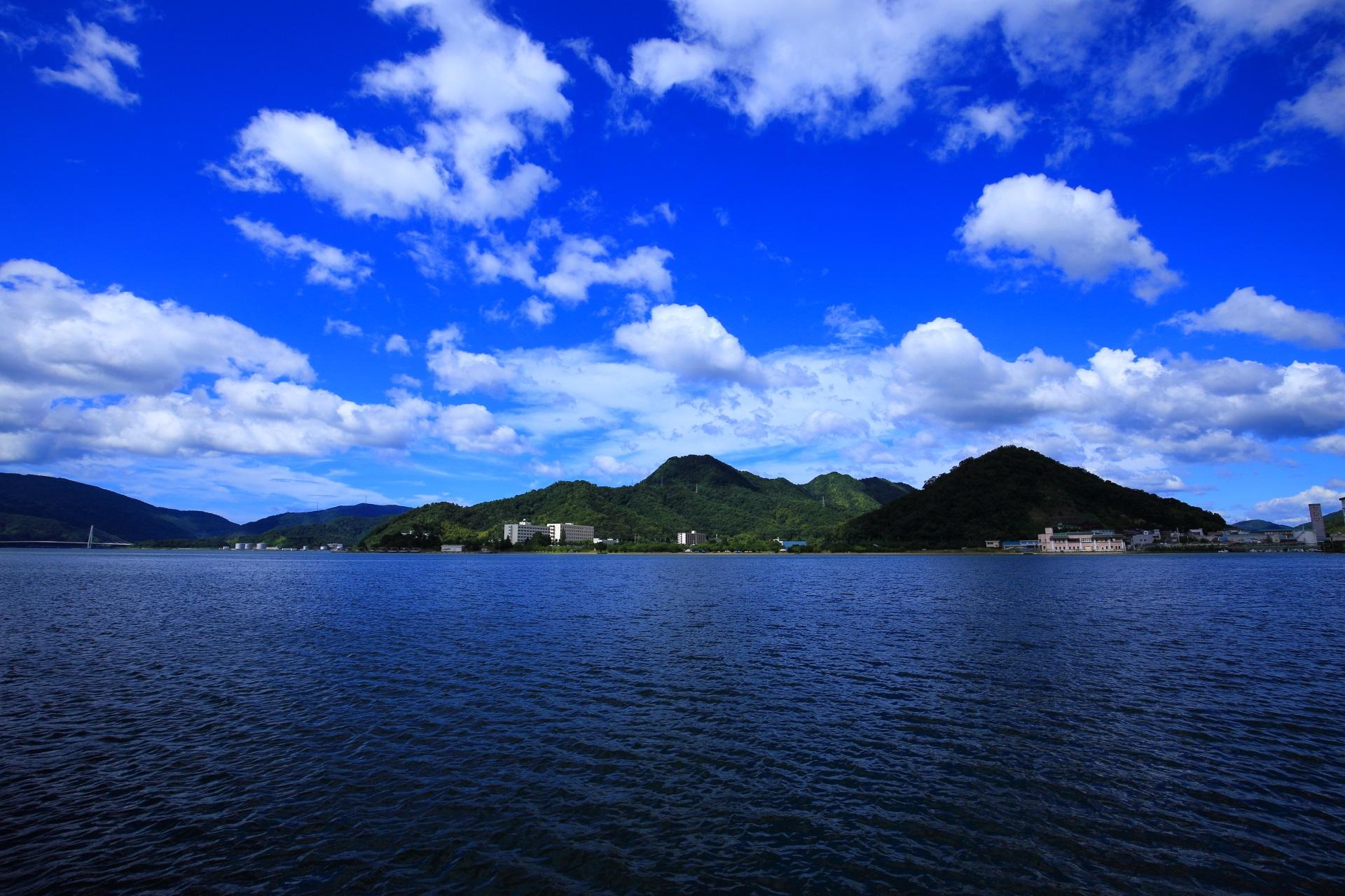 青空と雲が綺麗な舞鶴東港