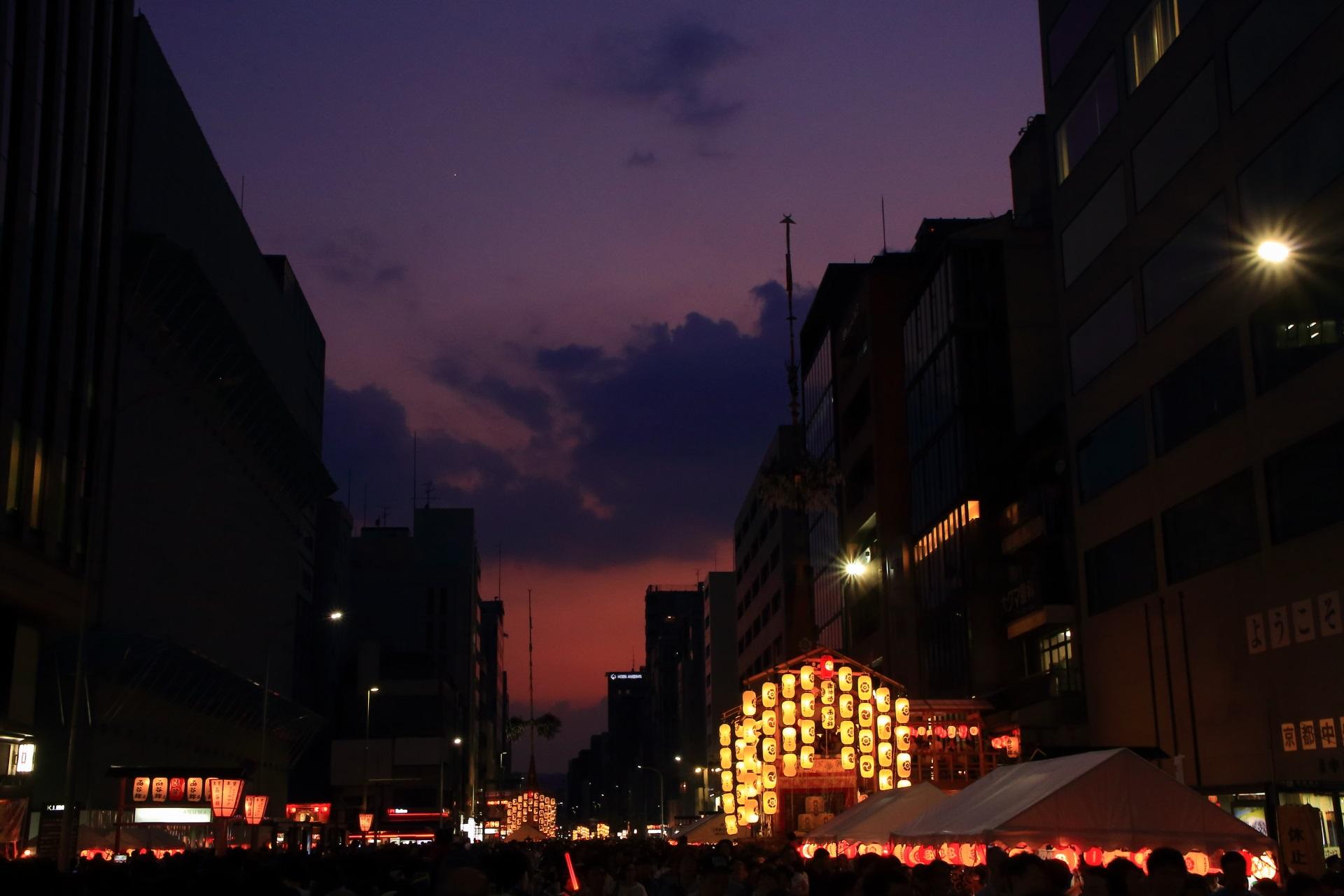 人でごった返す黄昏時の宵山と西の空