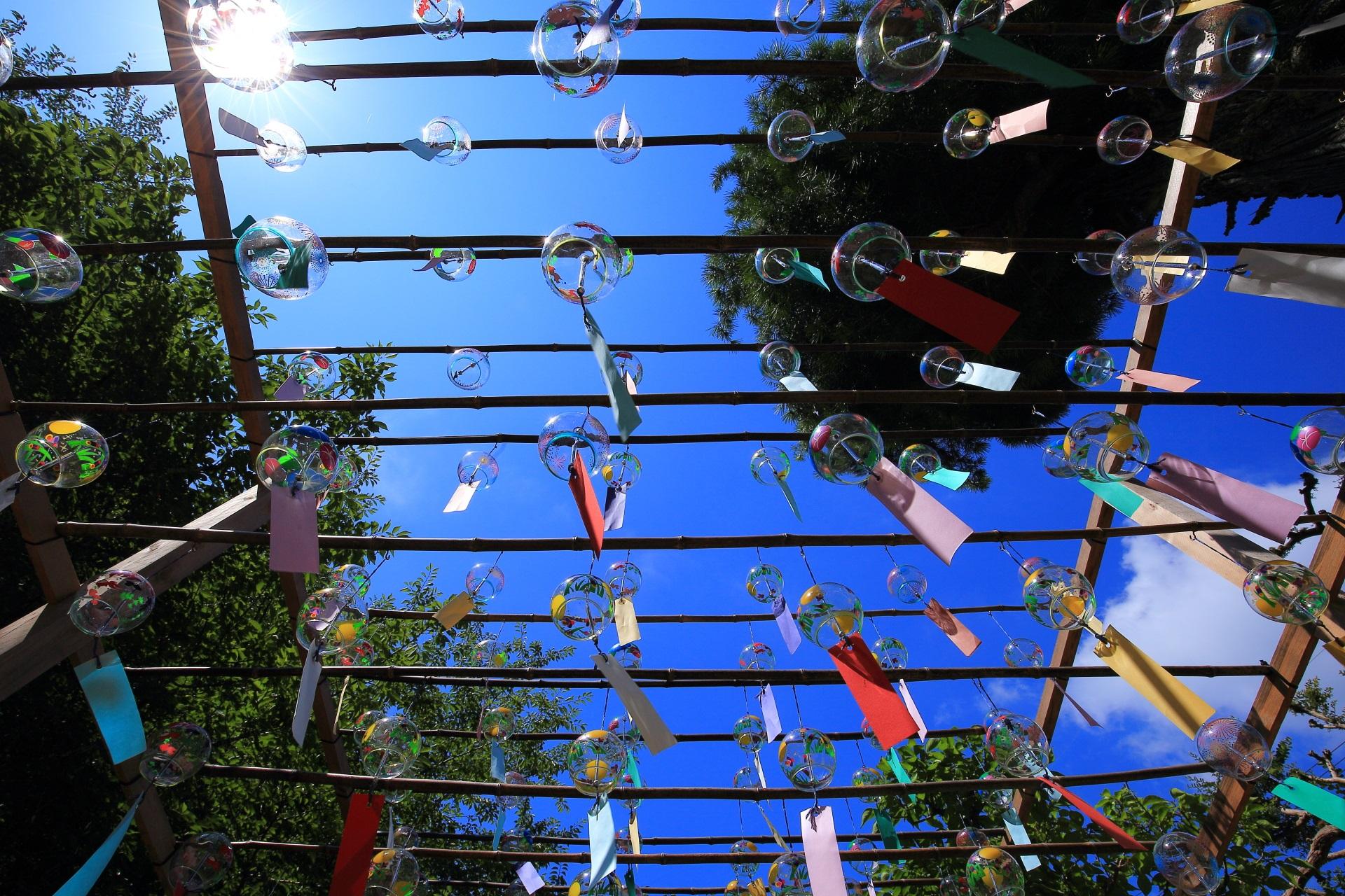 正寿院の太陽でピカッと光る風鈴と夏の青空