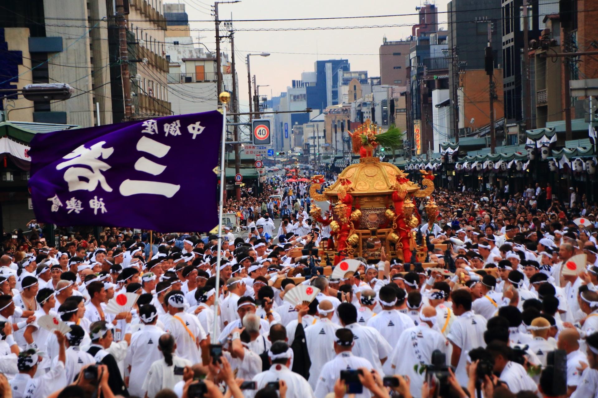 中御座神輿を担ぐ三若神輿会(さんわかしんよかい)