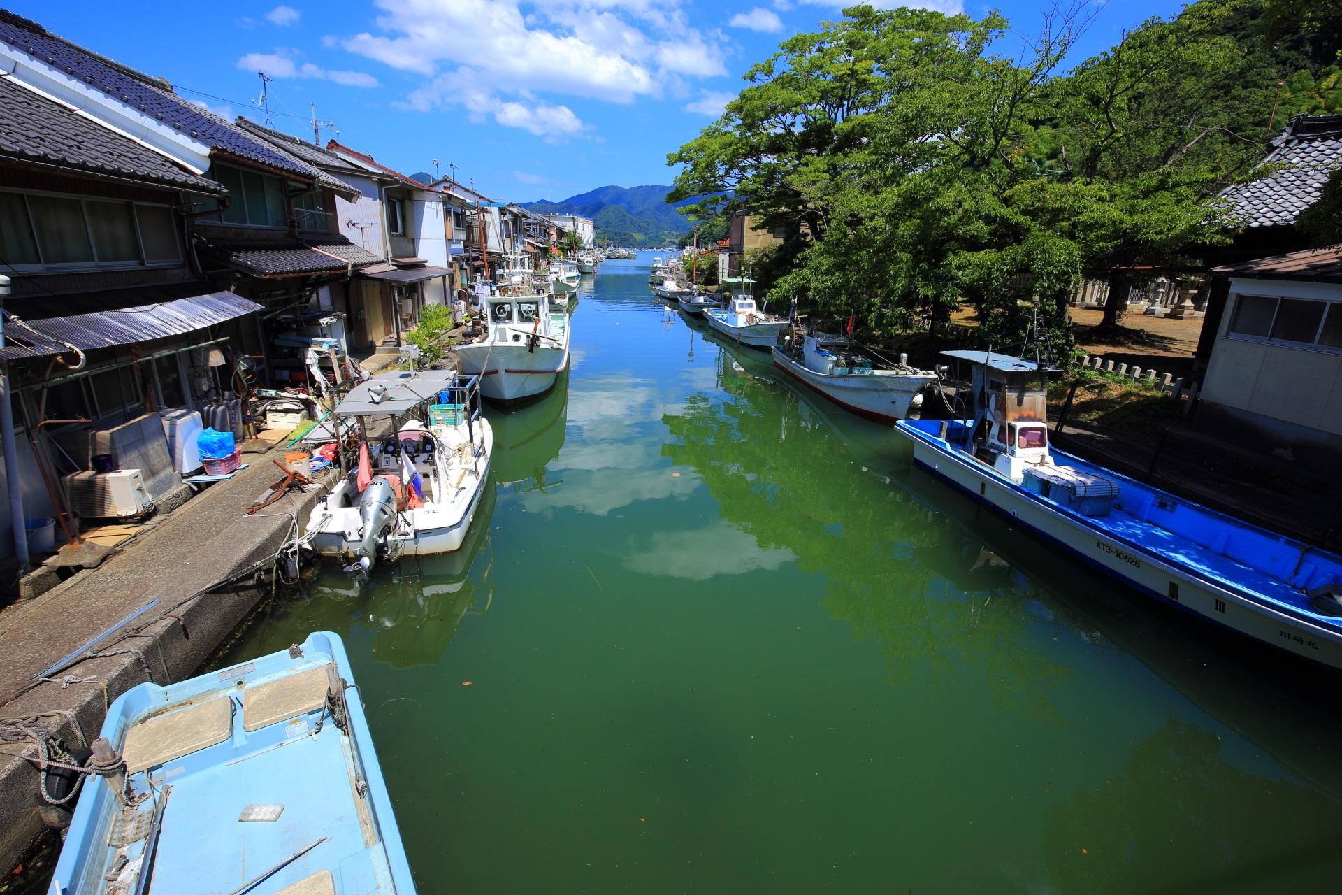 水無月橋から眺めた北方面(上流方面)の漁船が並ぶ吉原入江