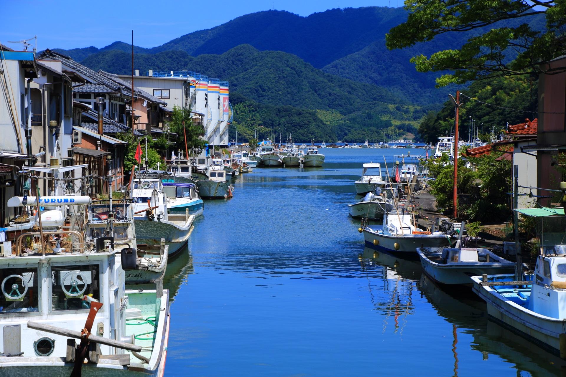 水辺に建ち並ぶ家と漁船が見事な風情溢れる舞鶴の吉原入江