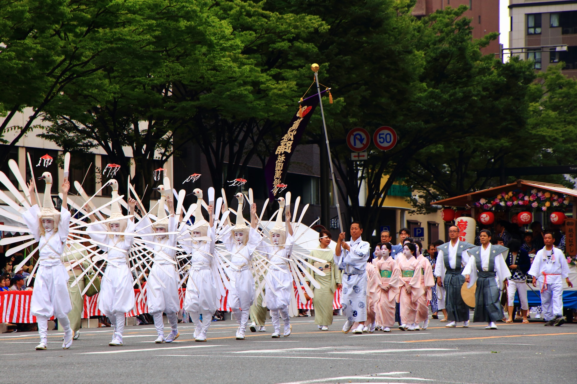 華やかさと賑やかさ 祇園祭の花傘巡行