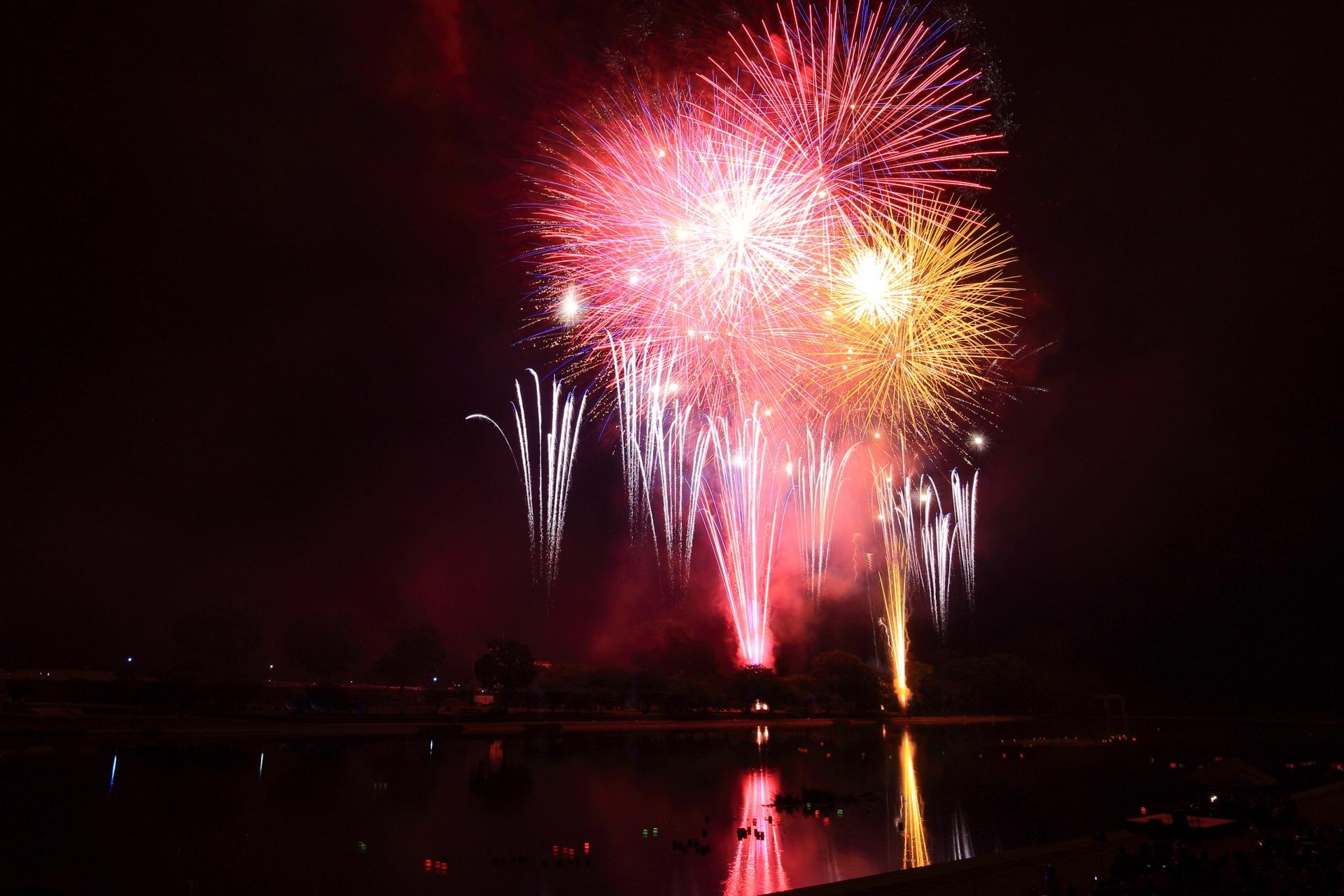 夏の大堰川を賑やかに彩る八木の花火