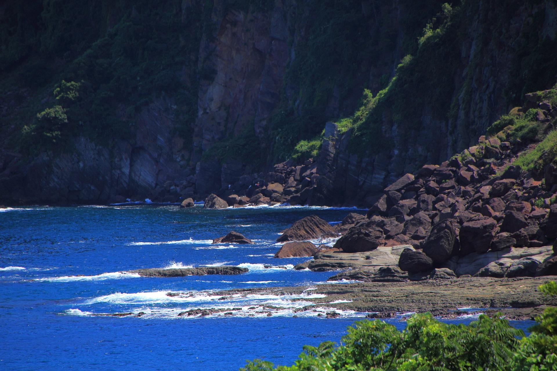 大きな岩がゴロゴロしている危険な五色浜の東側の海岸