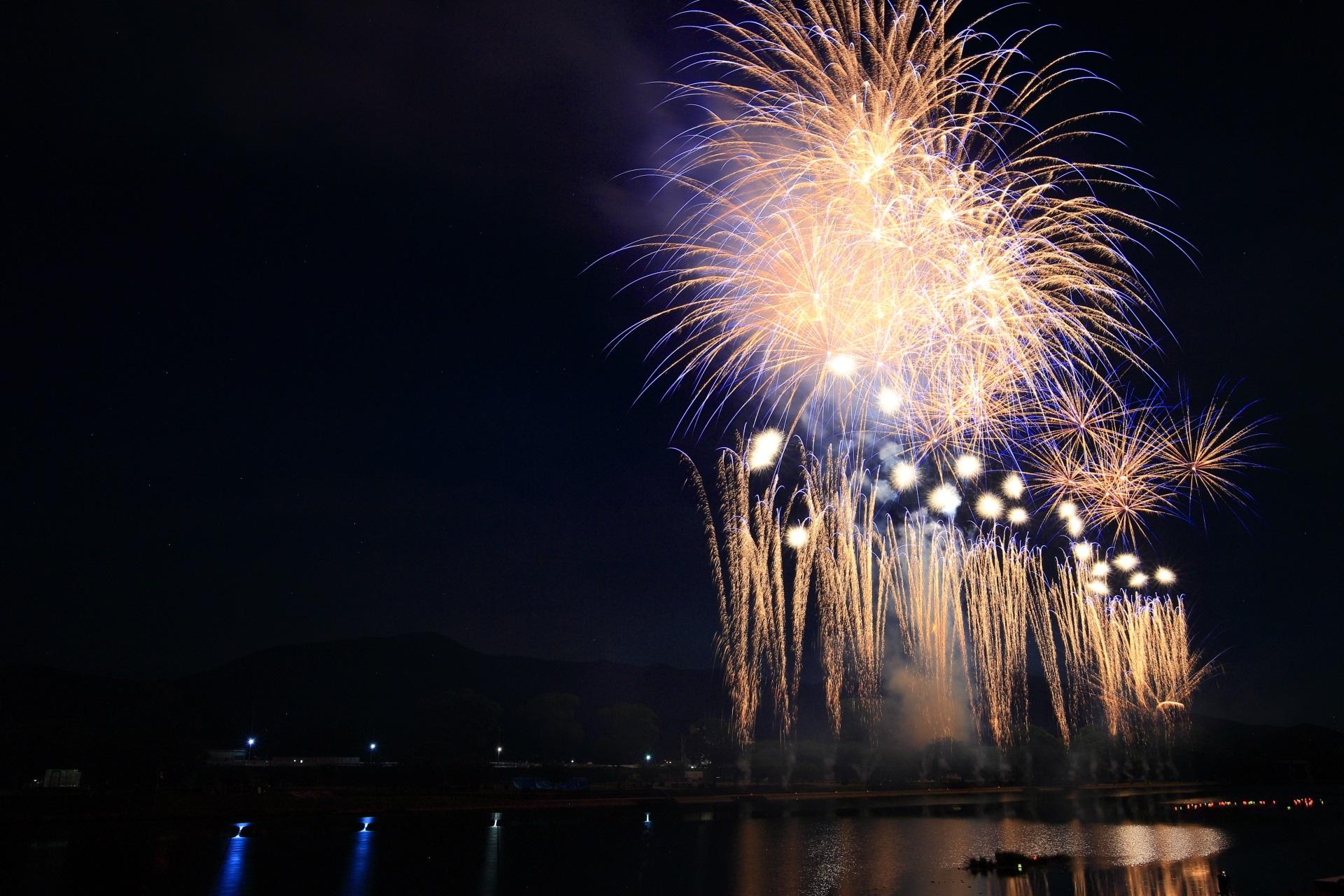 19:30に開始され花火がドンドン打ち上がる南丹市花火大会