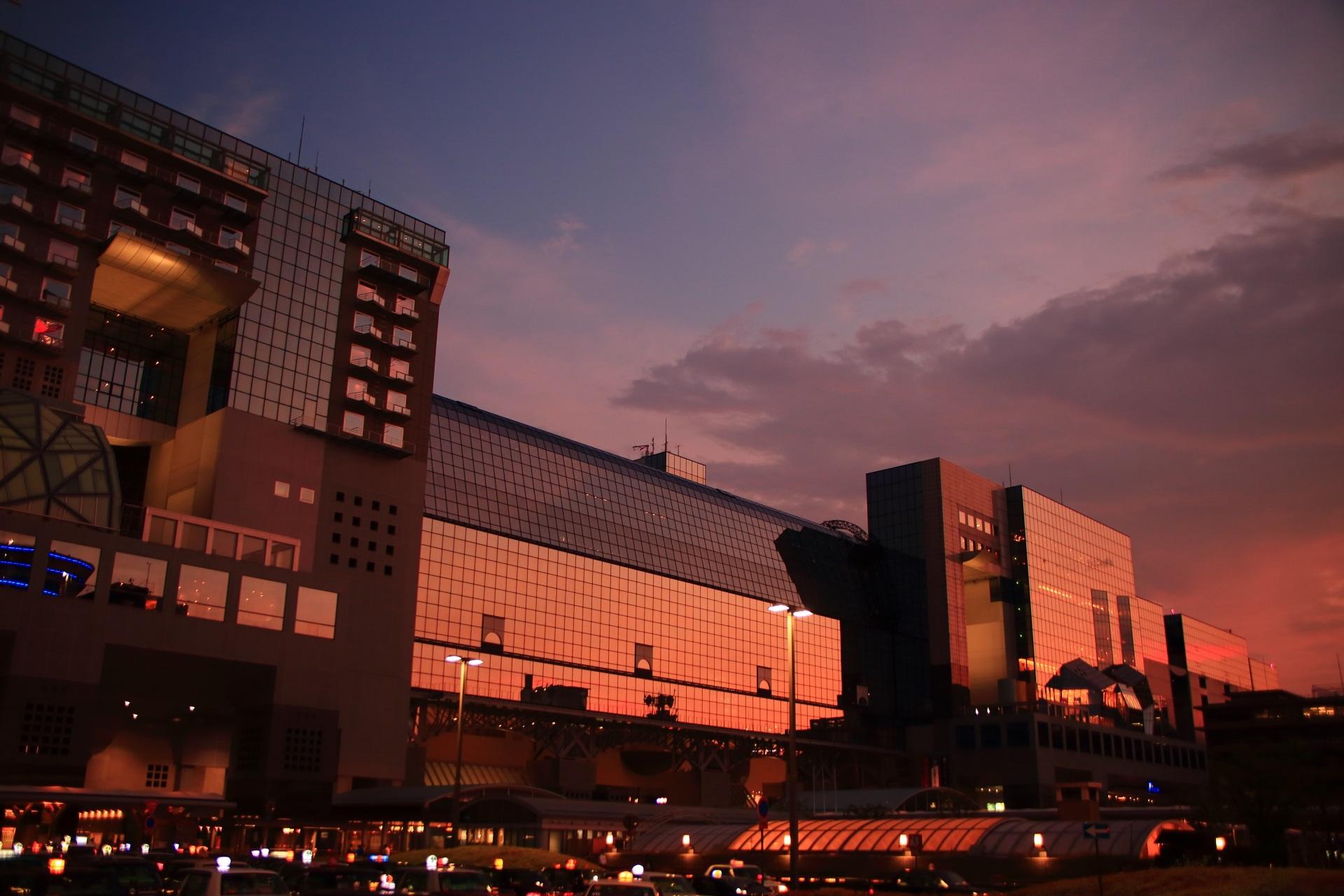 日が沈み空は紺色になるもまだまだ夕焼けを映す京都駅ビル