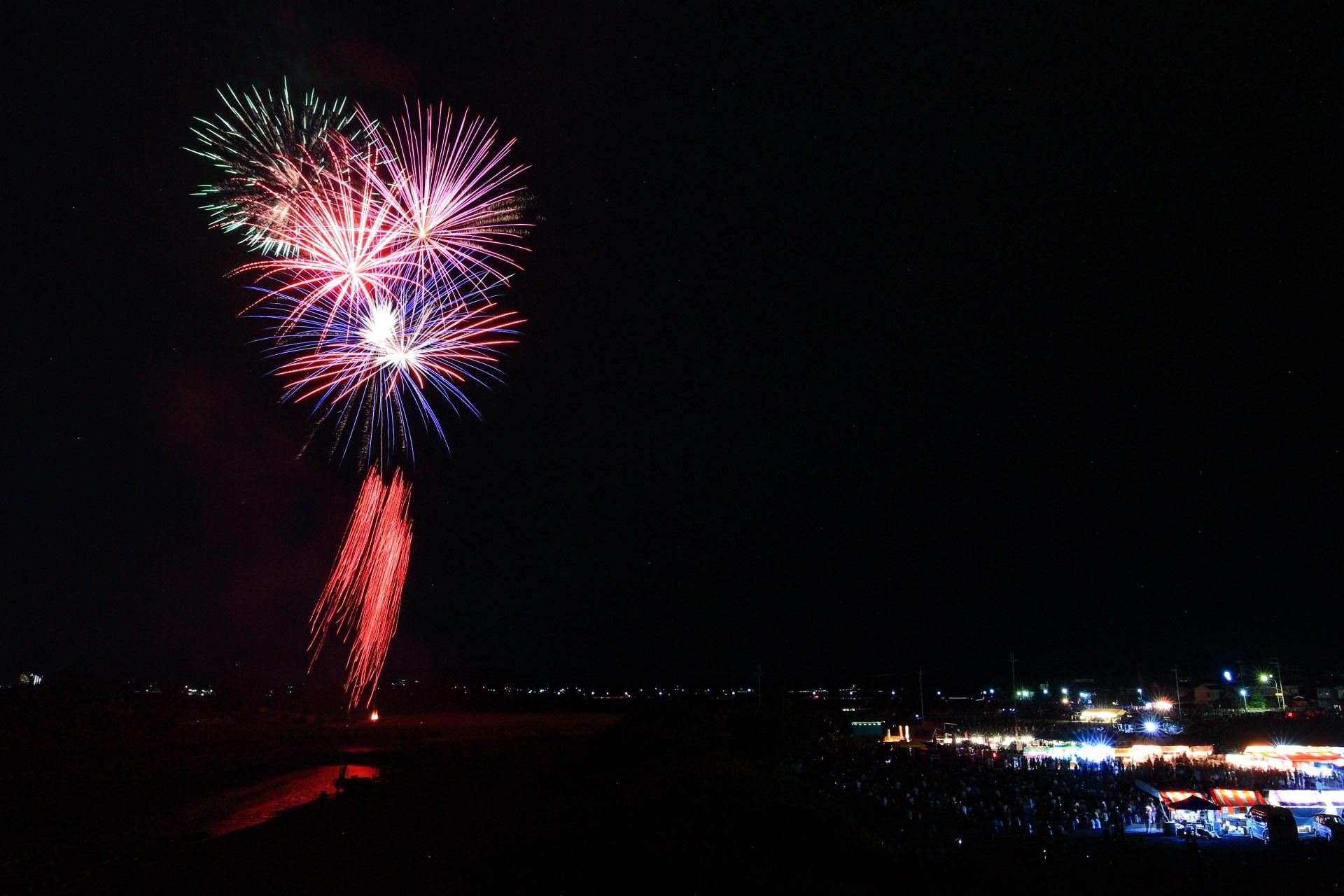 保津川を照らす亀岡花火大会の枝垂れる赤い閃光