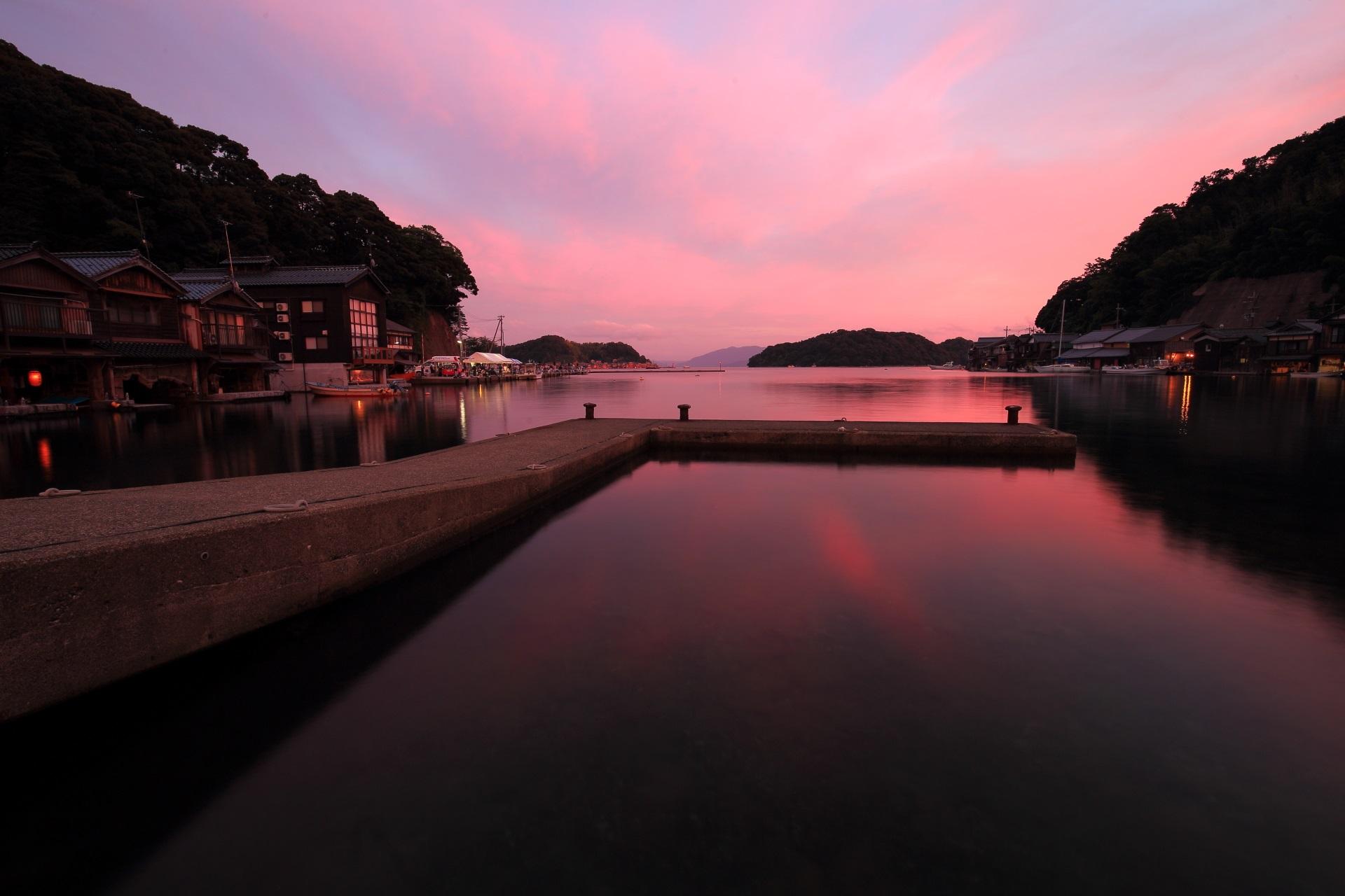 伊根湾の素晴らしい夕焼けと海の情景