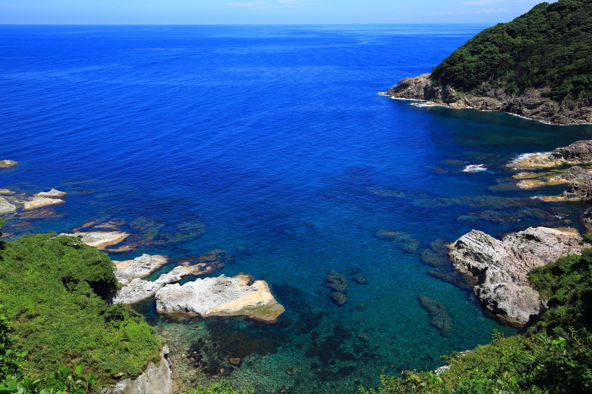 眼下に広がる丹後半島の青い海と海岸の絶景