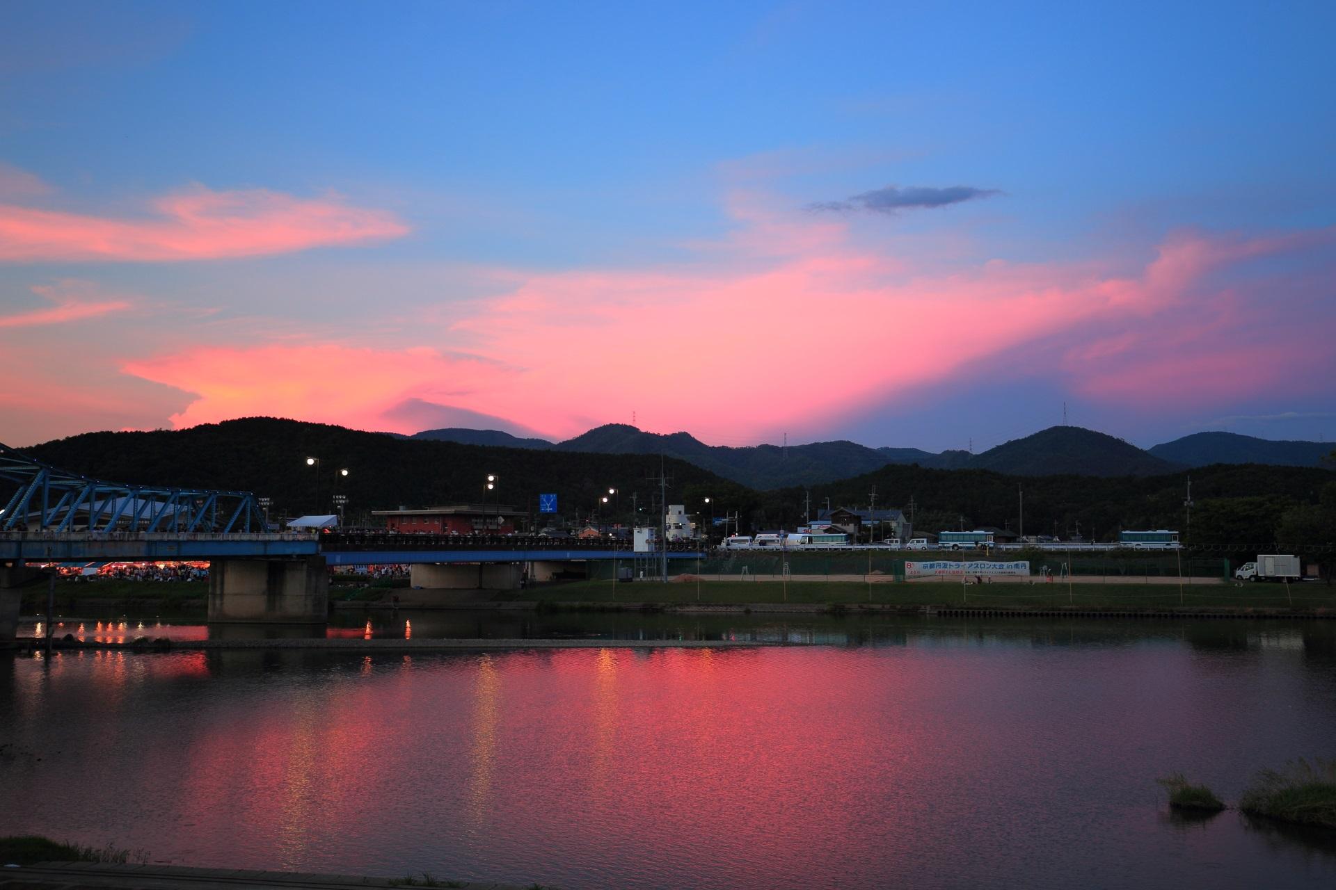 花火前の大堰川の夕焼けと佇む大堰橋
