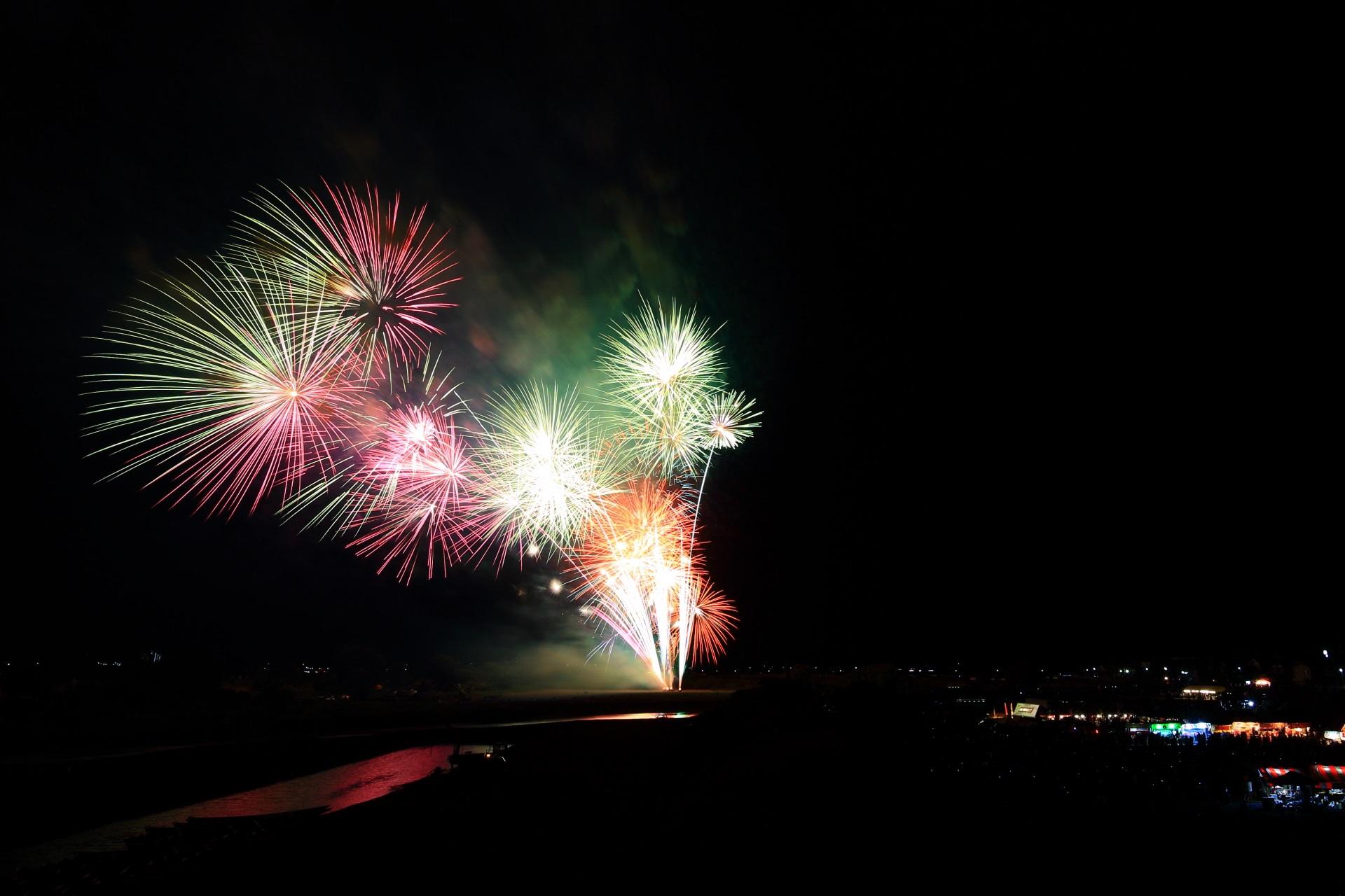 亀岡花火大会の開くにつれて色が変化する花火