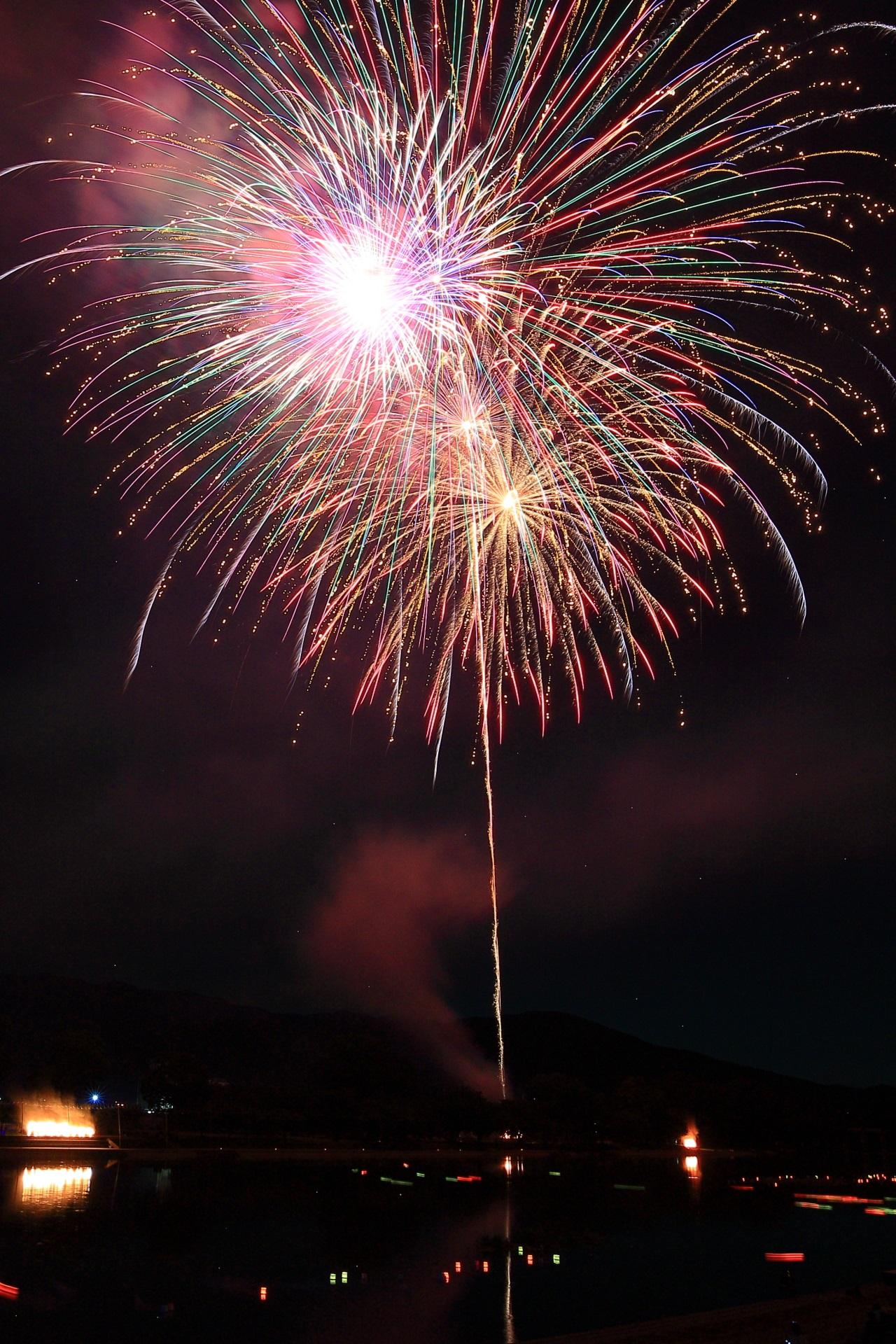開くにつれて色の変わる見事な大輪の花火