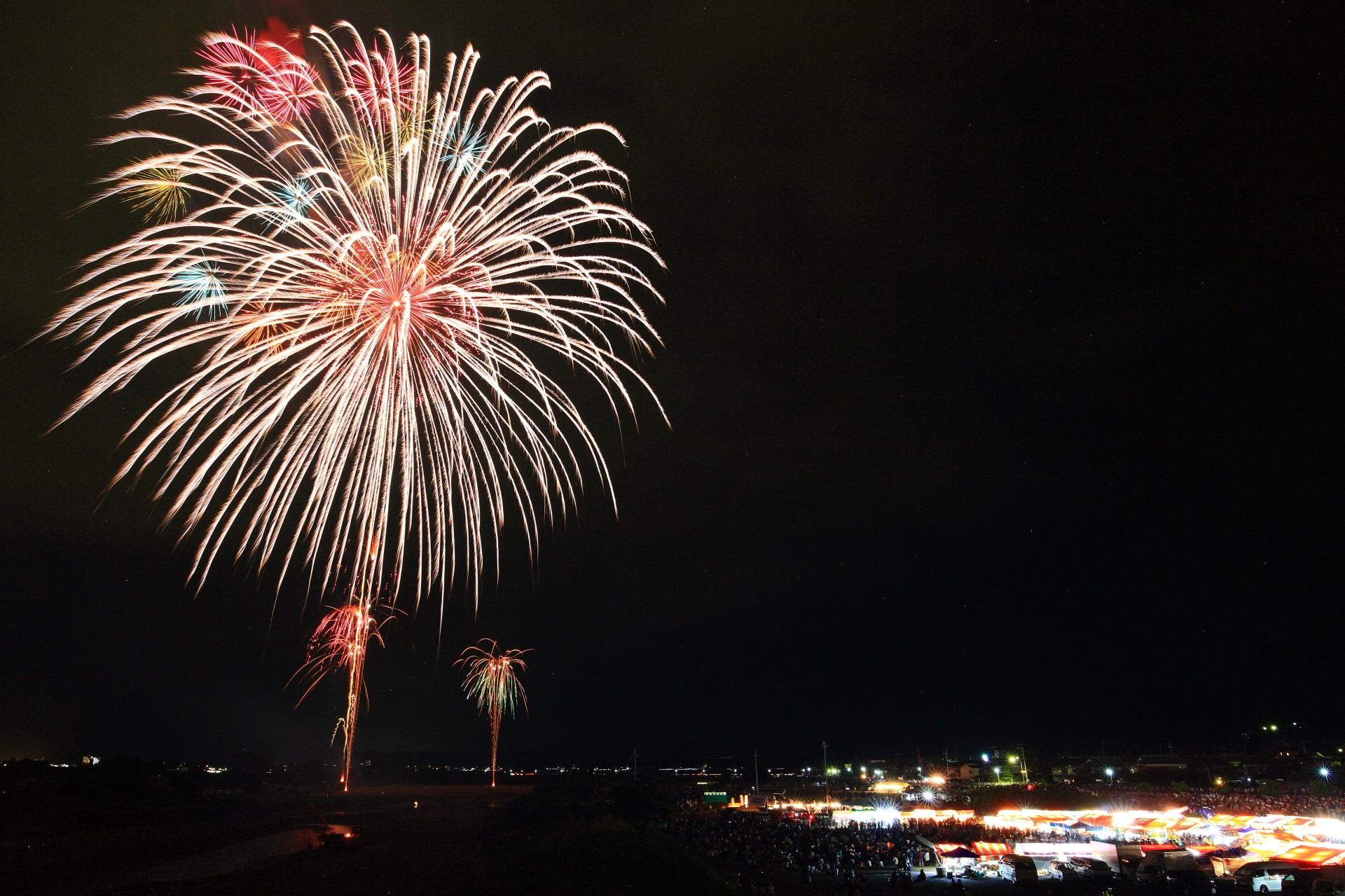 亀岡花火大会の夜空を彩る大輪の花火