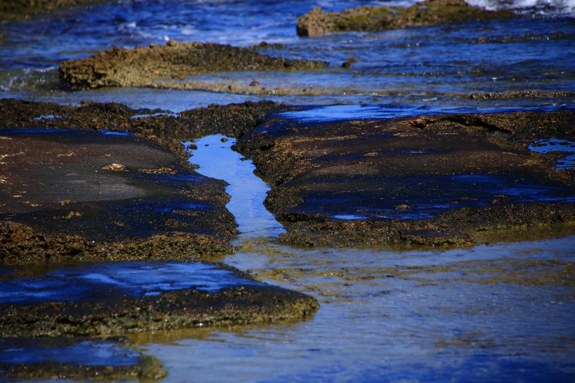 岩の間を流れる海水