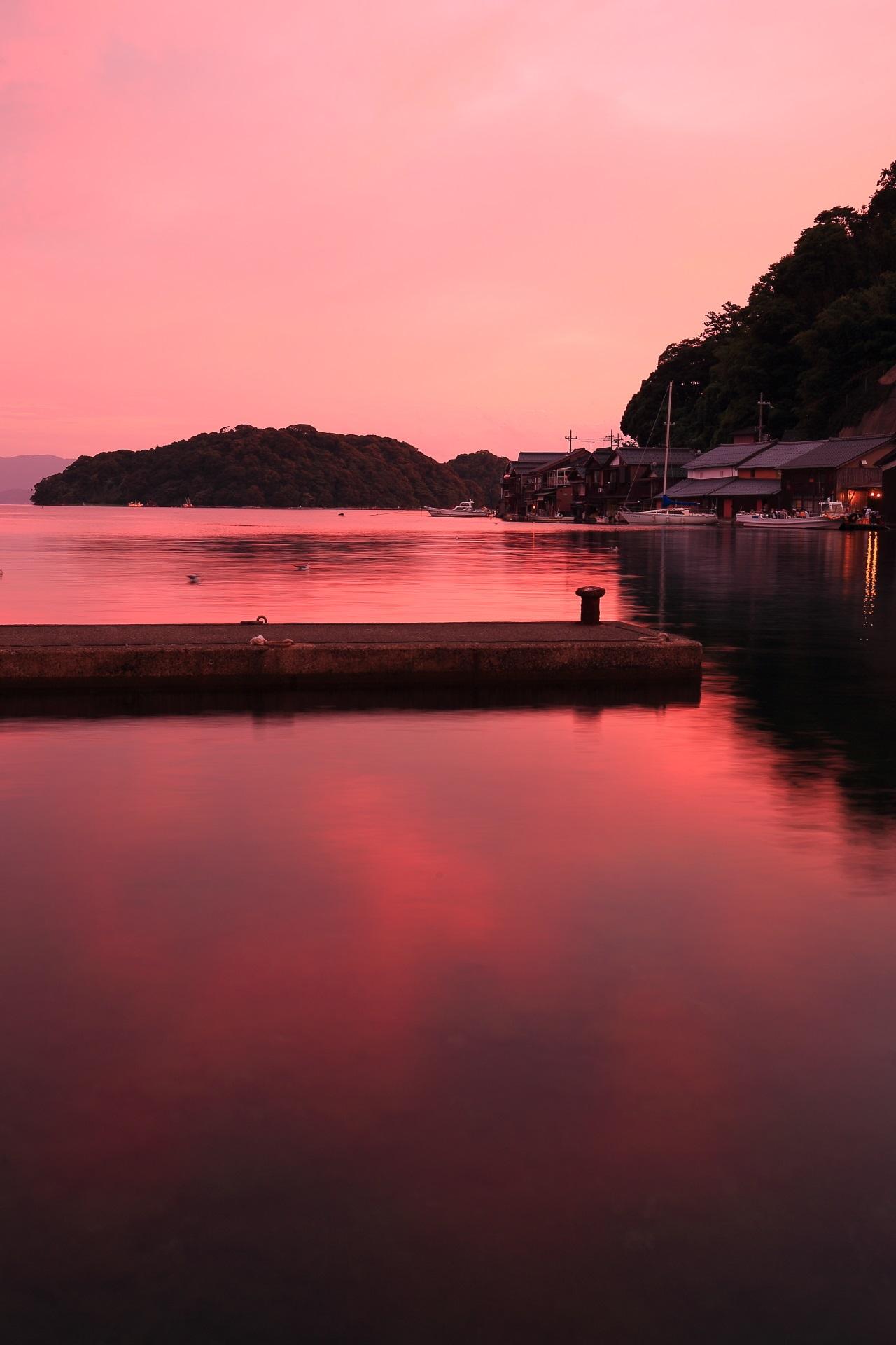 ほのかな色合いにつつまれる幻想的な伊根湾の光景