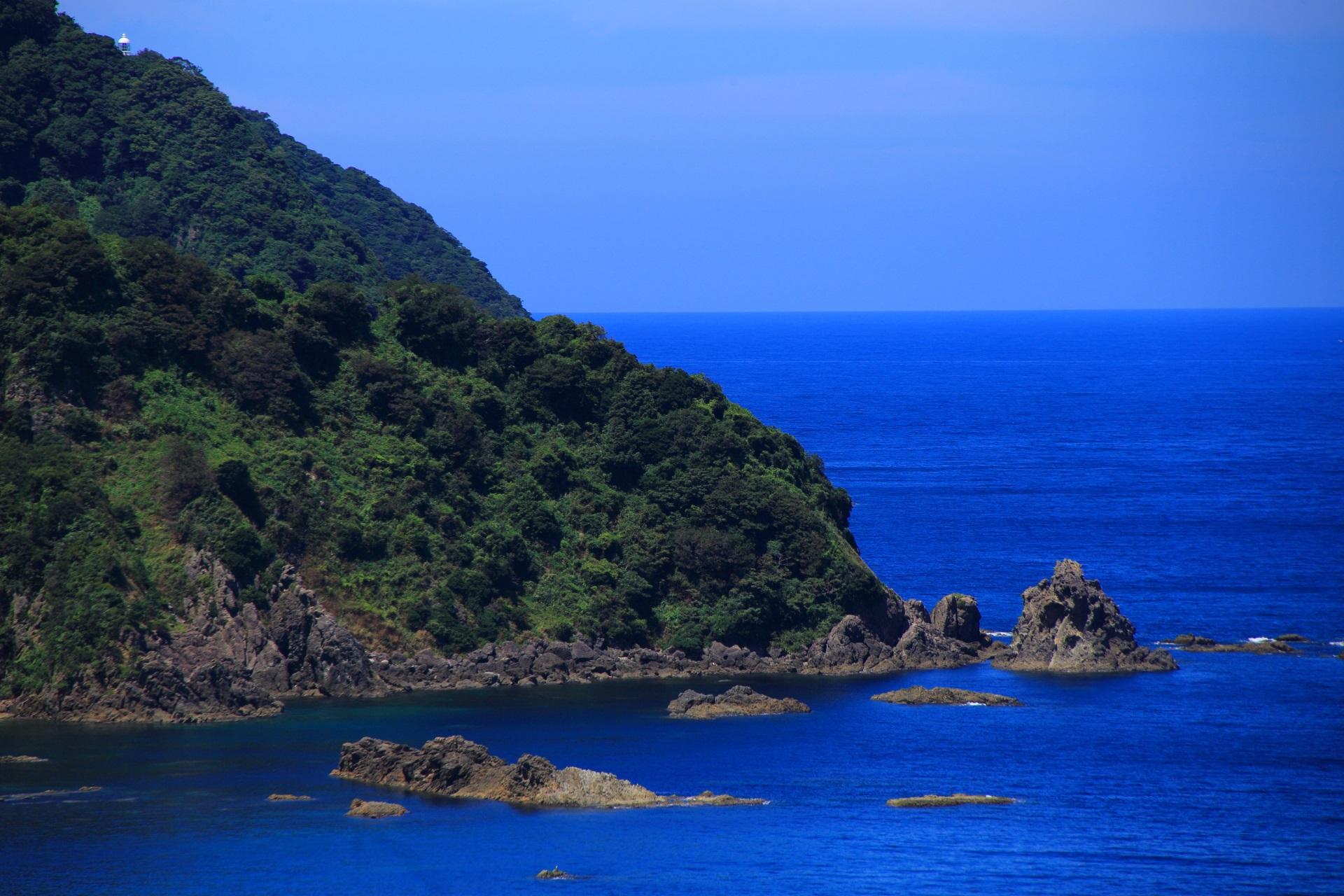 カマヤ海岸から眺める経ヶ岬と灯台と日本海