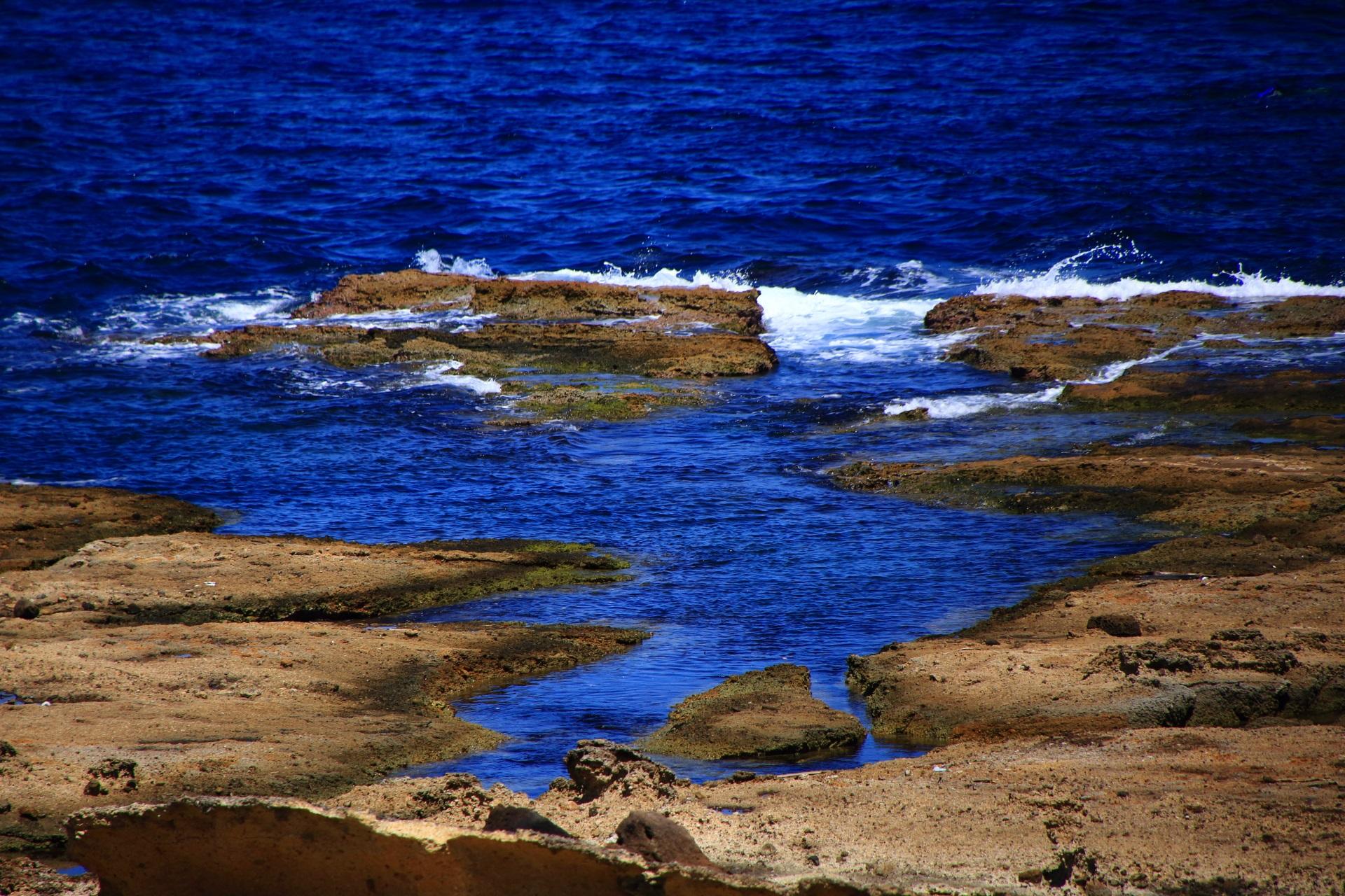 五色浜の青く美しい日本海と岩の芸術