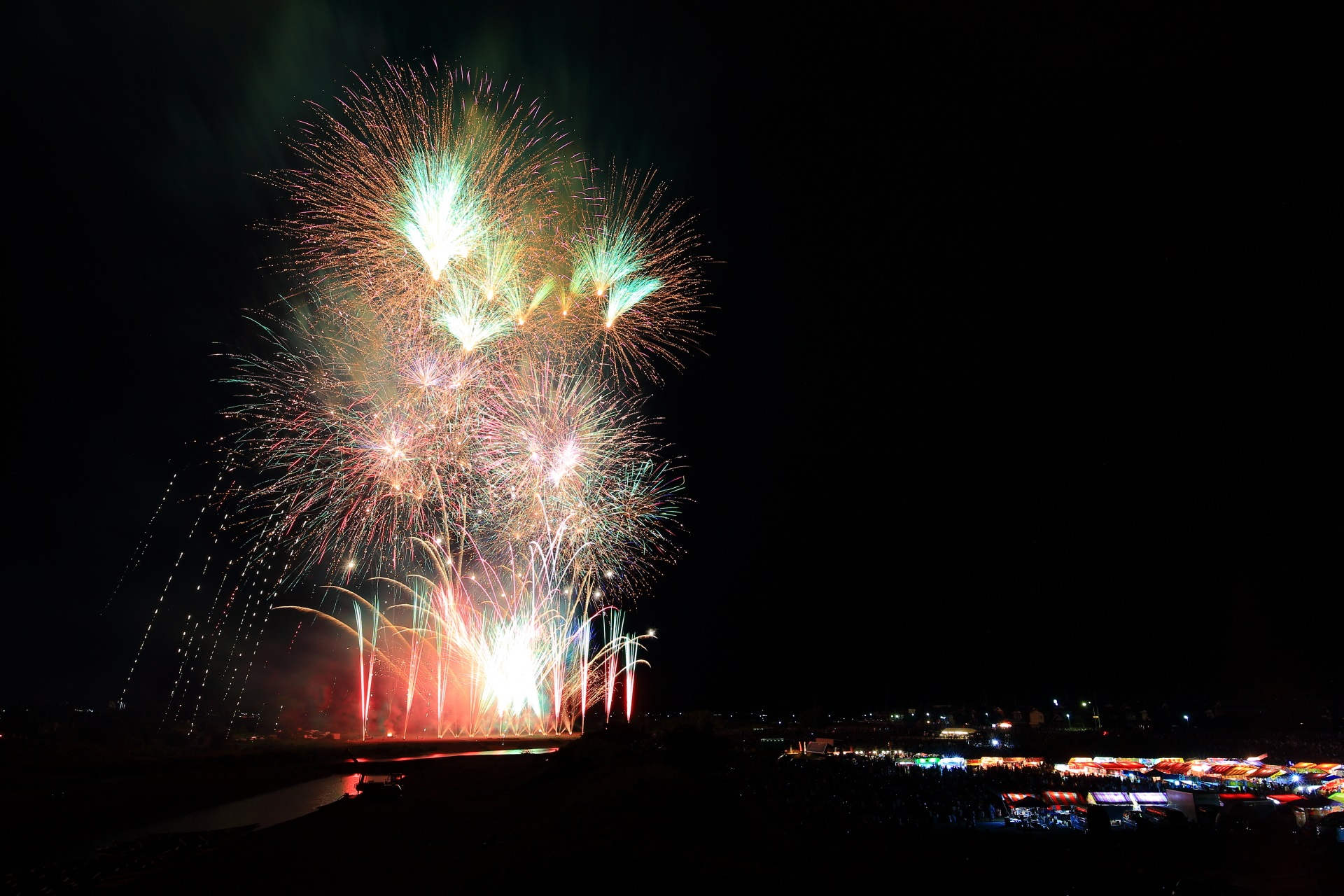 亀岡の夏の夜空を明るくそめる多彩な花火