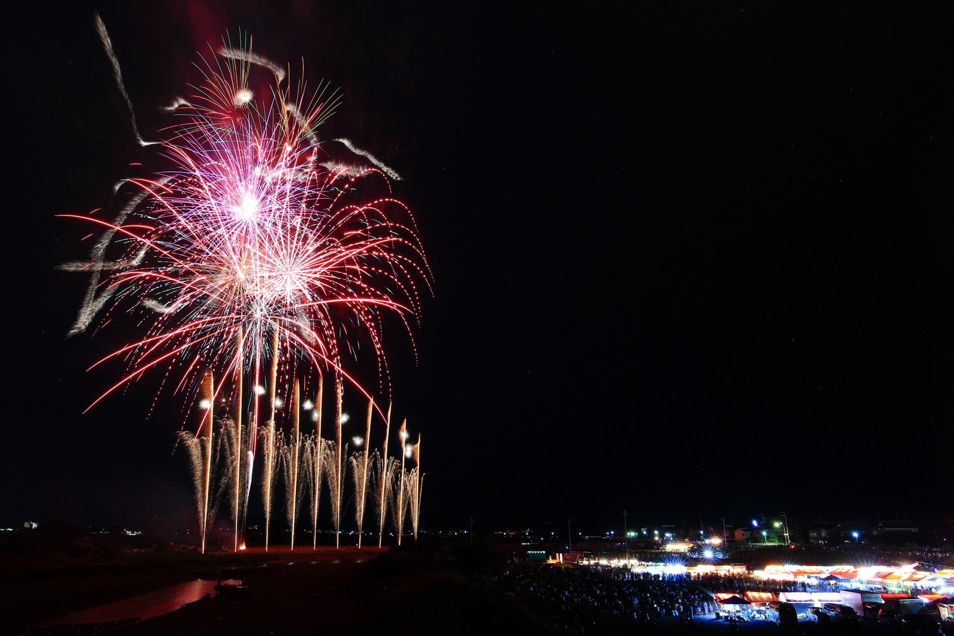亀岡花火大会の華やかな噴水のように上がる花火
