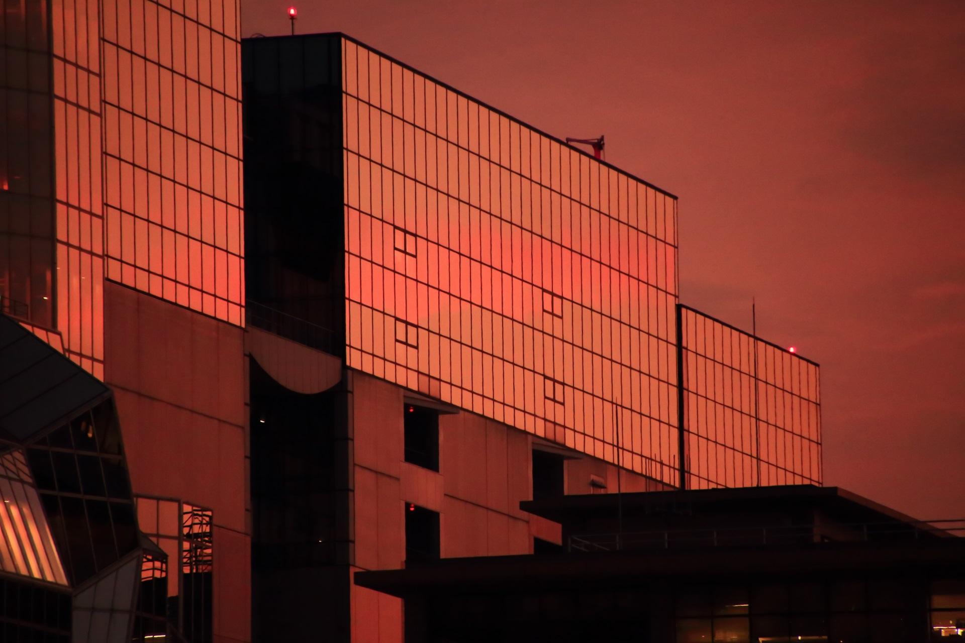 まだまだ鮮やかに夕焼けを映し出す駅ビルの西の方