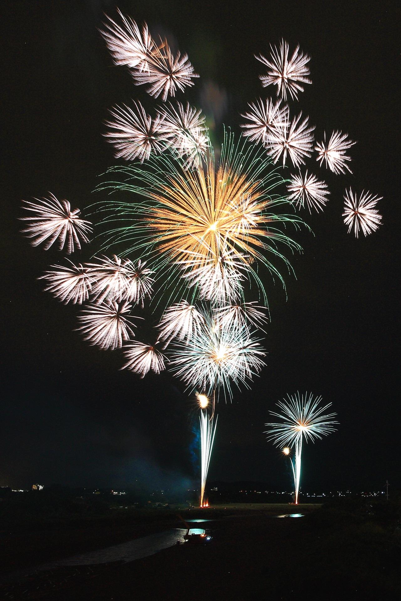 亀岡花火大会の小さな花火に演出される大輪の花火