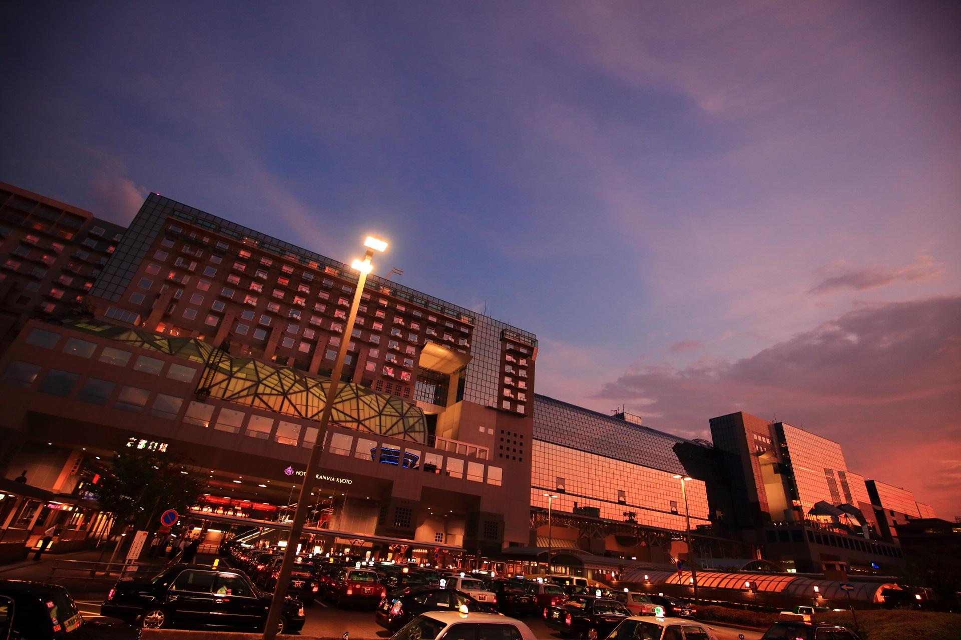 夜の帳が下り始める京都駅ビルと素晴らしい情景