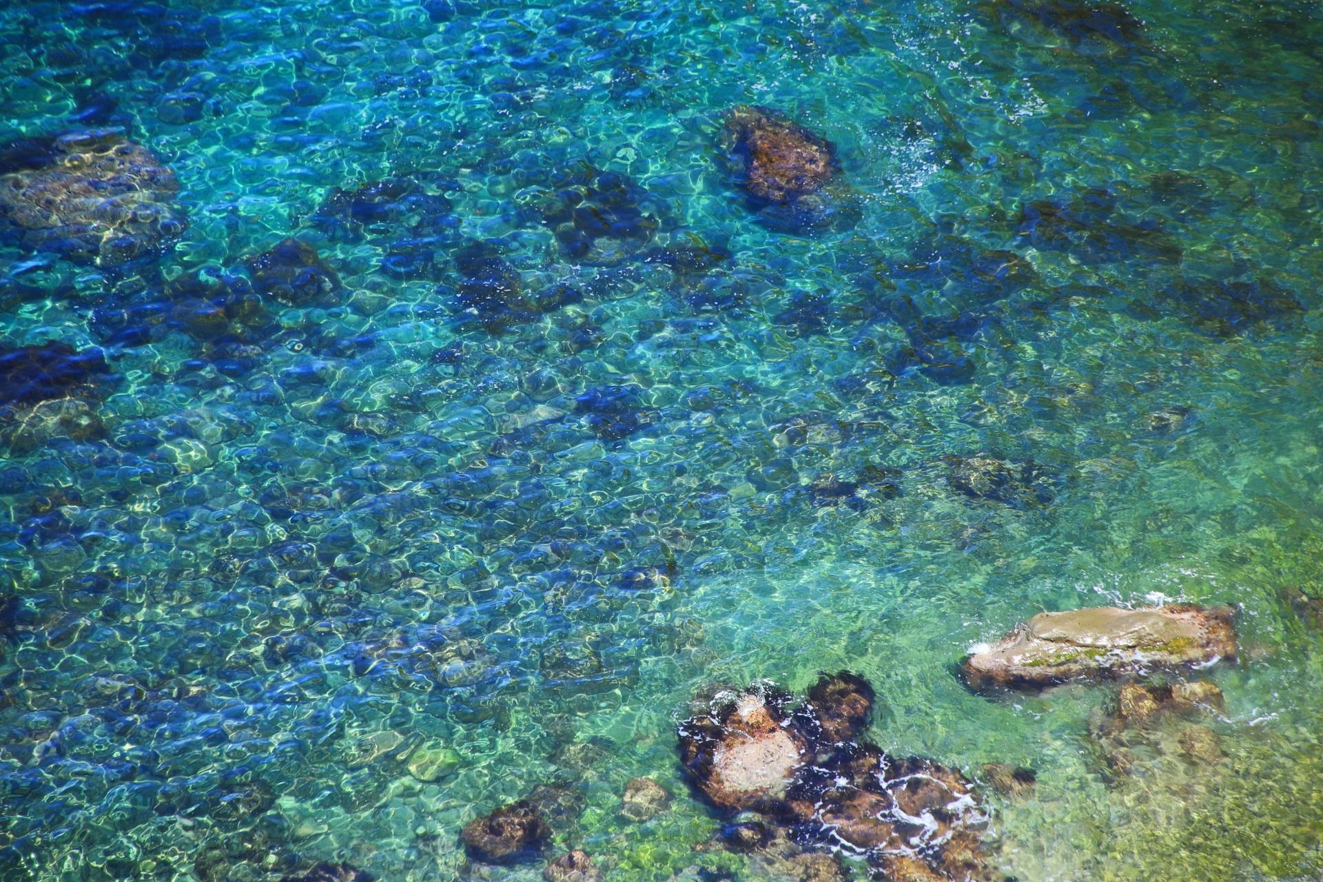 太陽を浴びて煌くカマヤ海岸の揺らめく水面