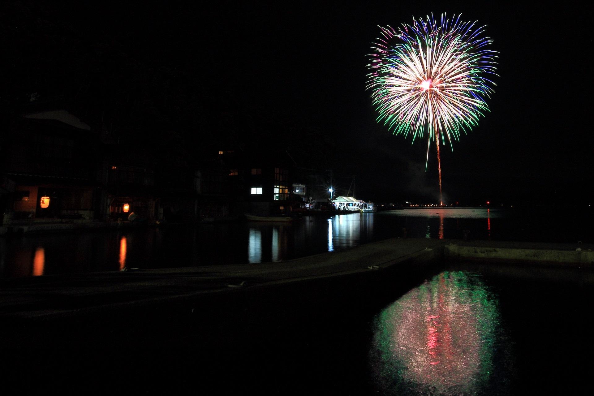 花火の音がこだまする山に囲まれた伊根湾の花火
