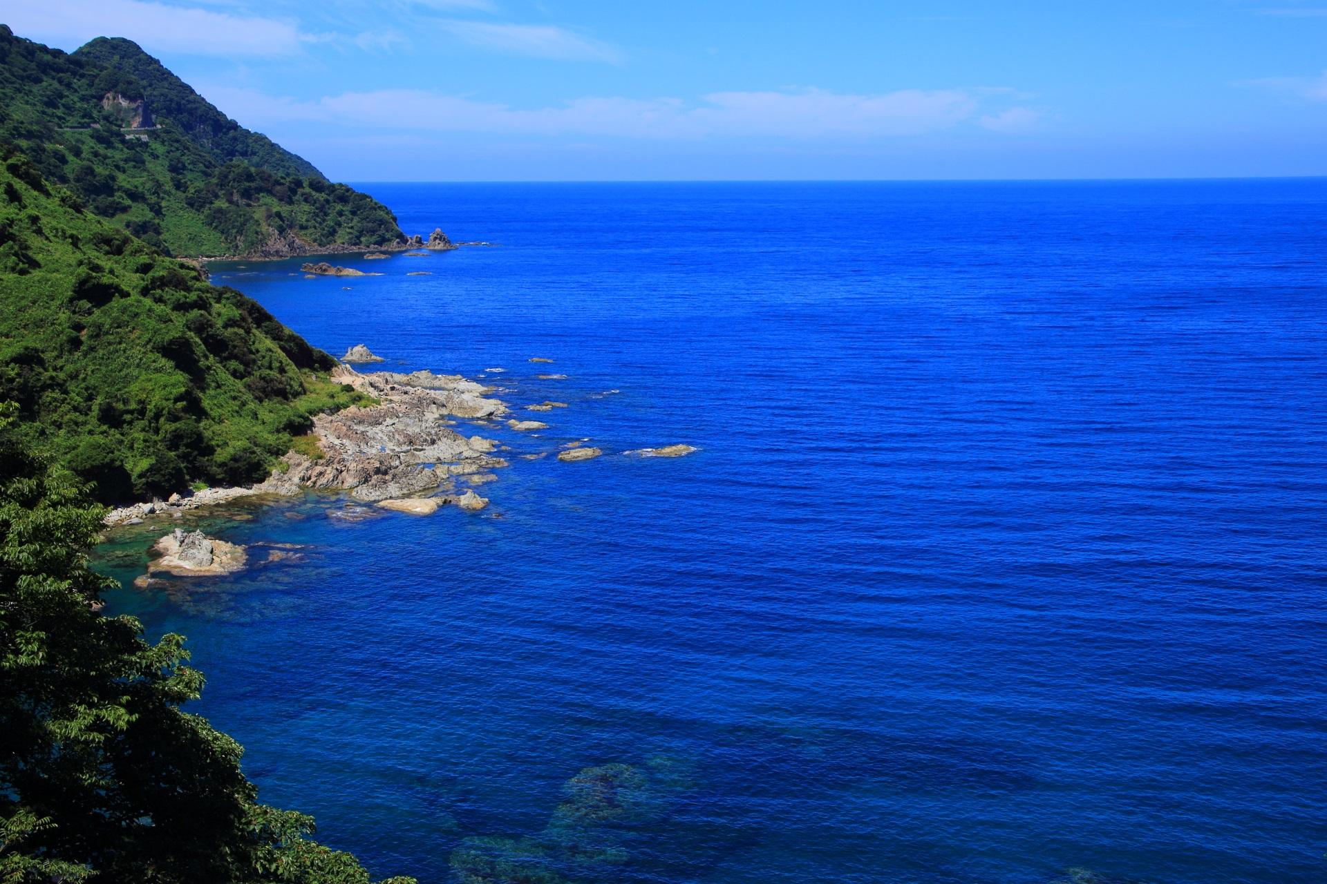 丹後半島の入り組んだリアス式海岸と日本海