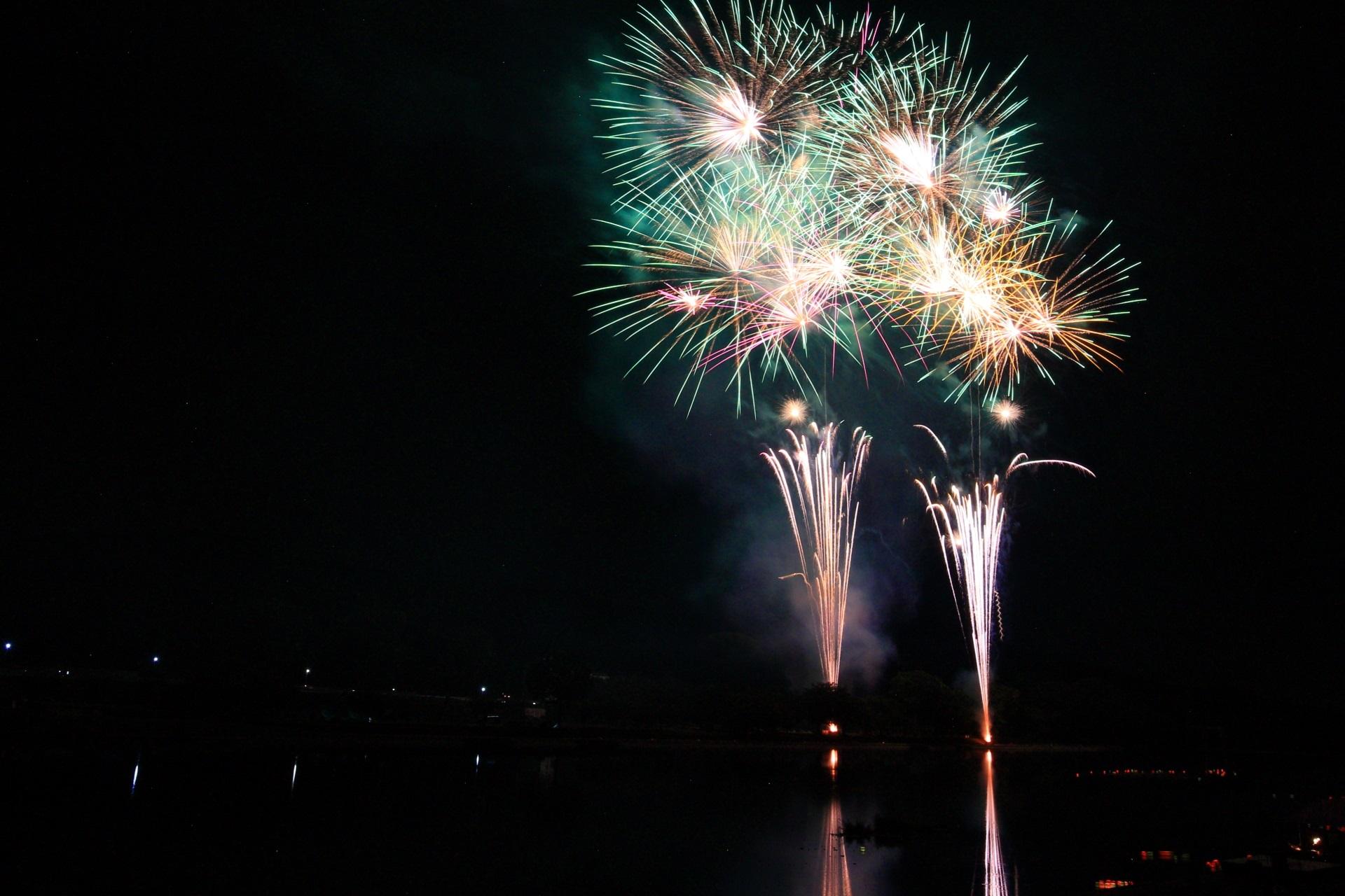 南丹市の夏の夜空を賑やかに染める花火
