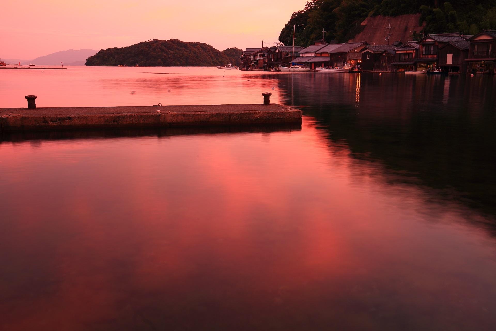 海面が赤く染まる伊根湾の夕焼けの水鏡
