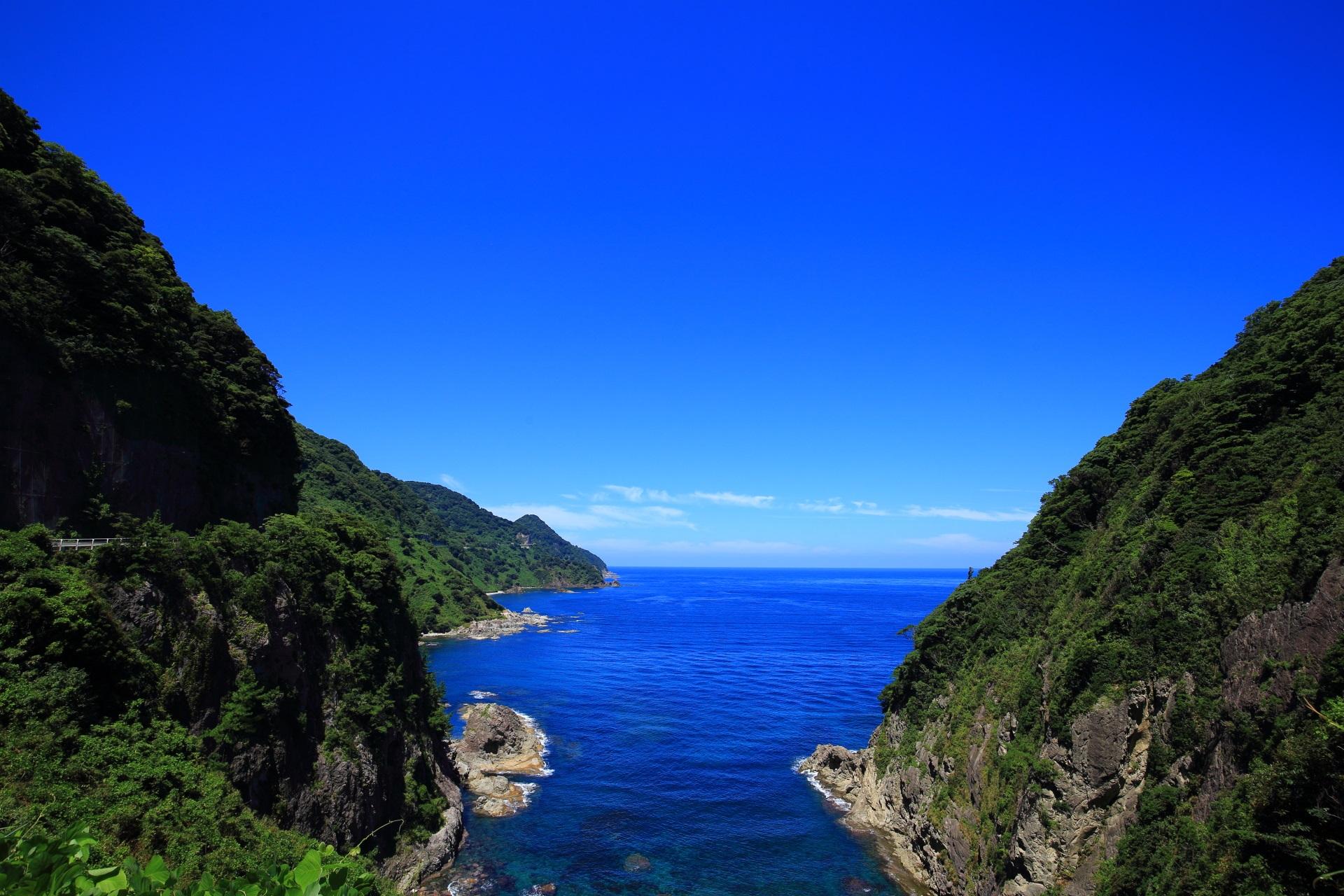 断崖絶壁のカマヤ海岸と日本海