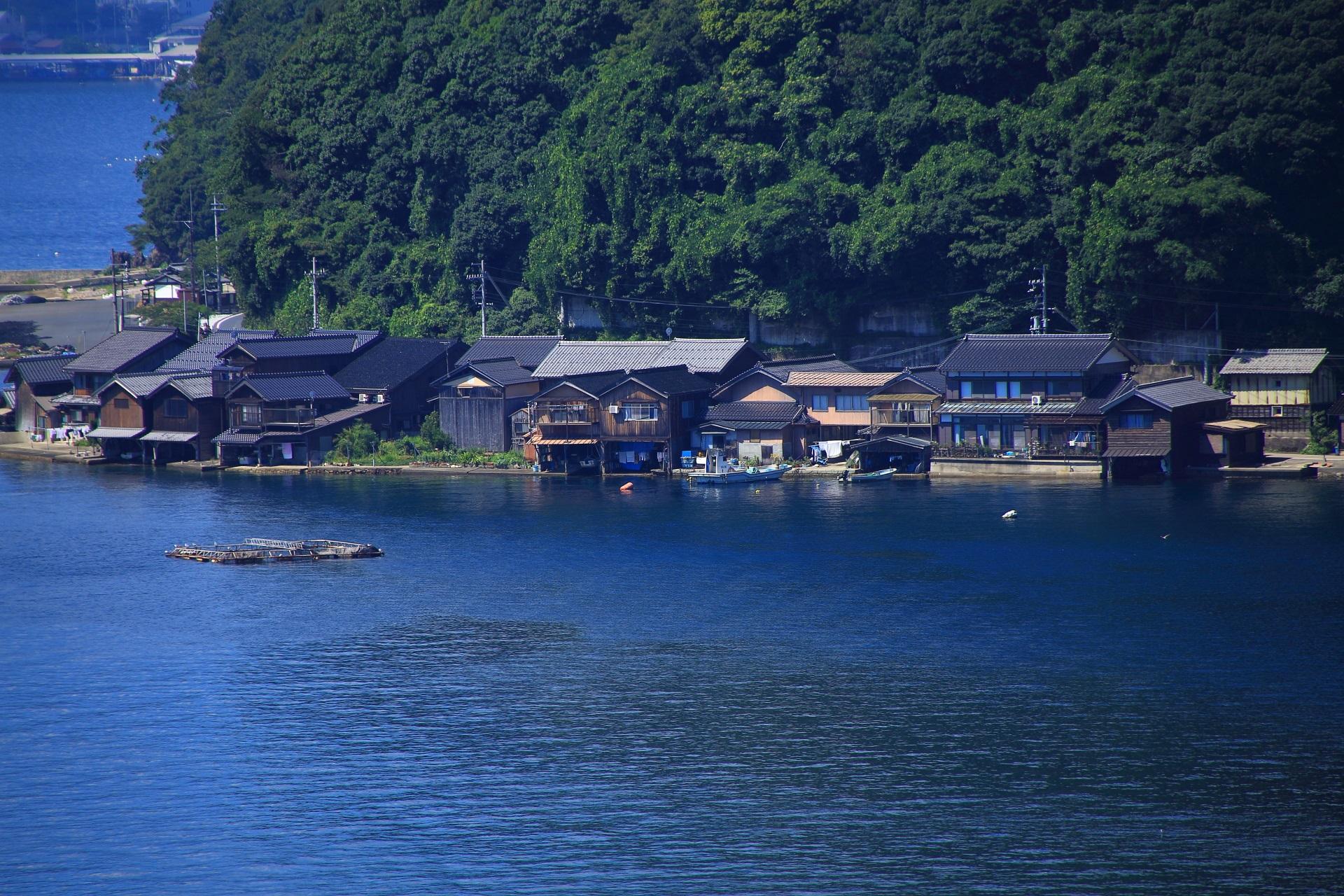 自然と家が融合した舟屋の街並み