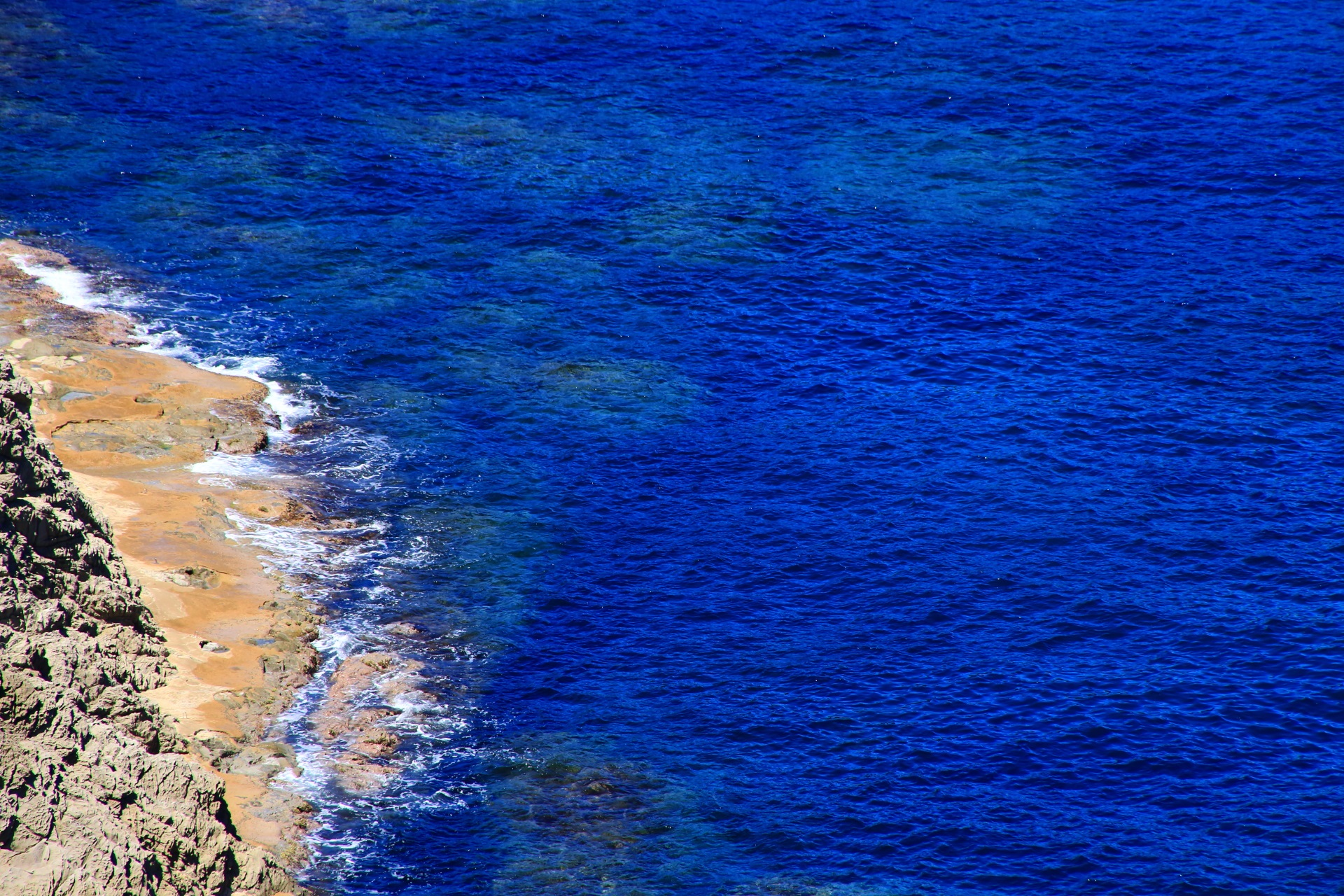 カマヤ海岸の美しすぎる青い海