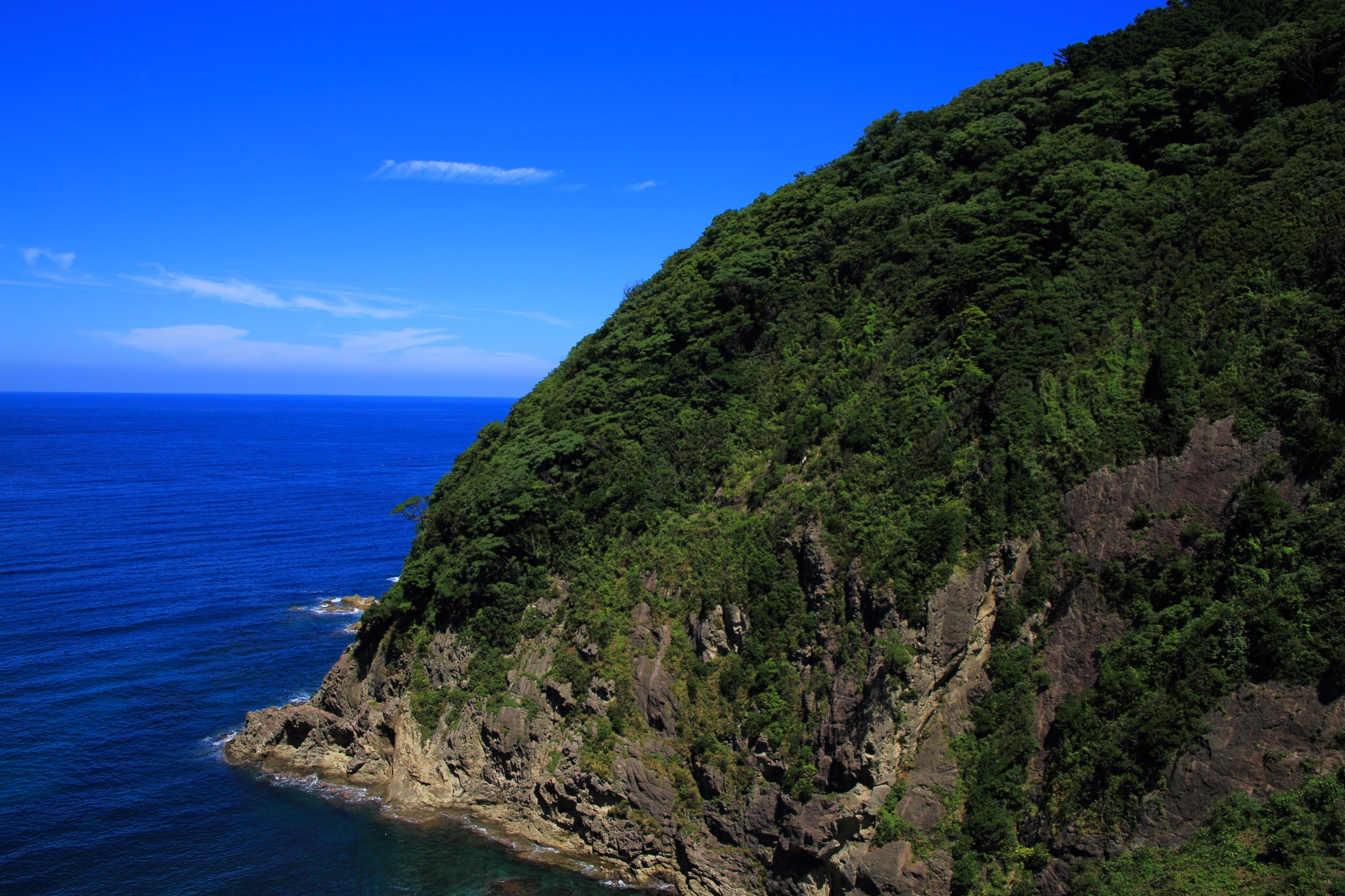 何度見ても豪快で迫力のあるカマヤ海岸の甲崎(さるざき)の断崖絶壁