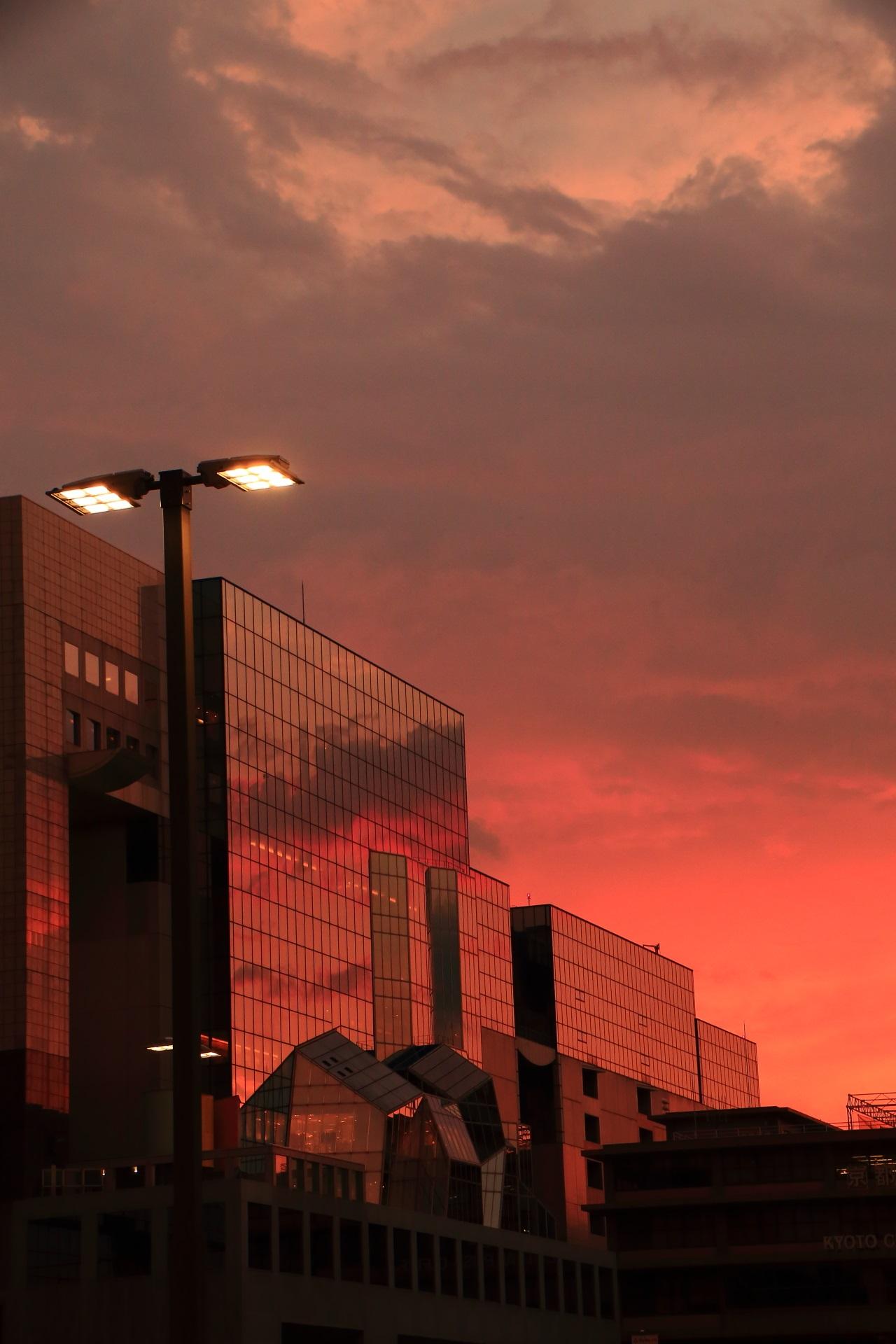 厚い雲と相まって何かが起こりそうな雰囲気さえする京都駅ビルの夕焼空