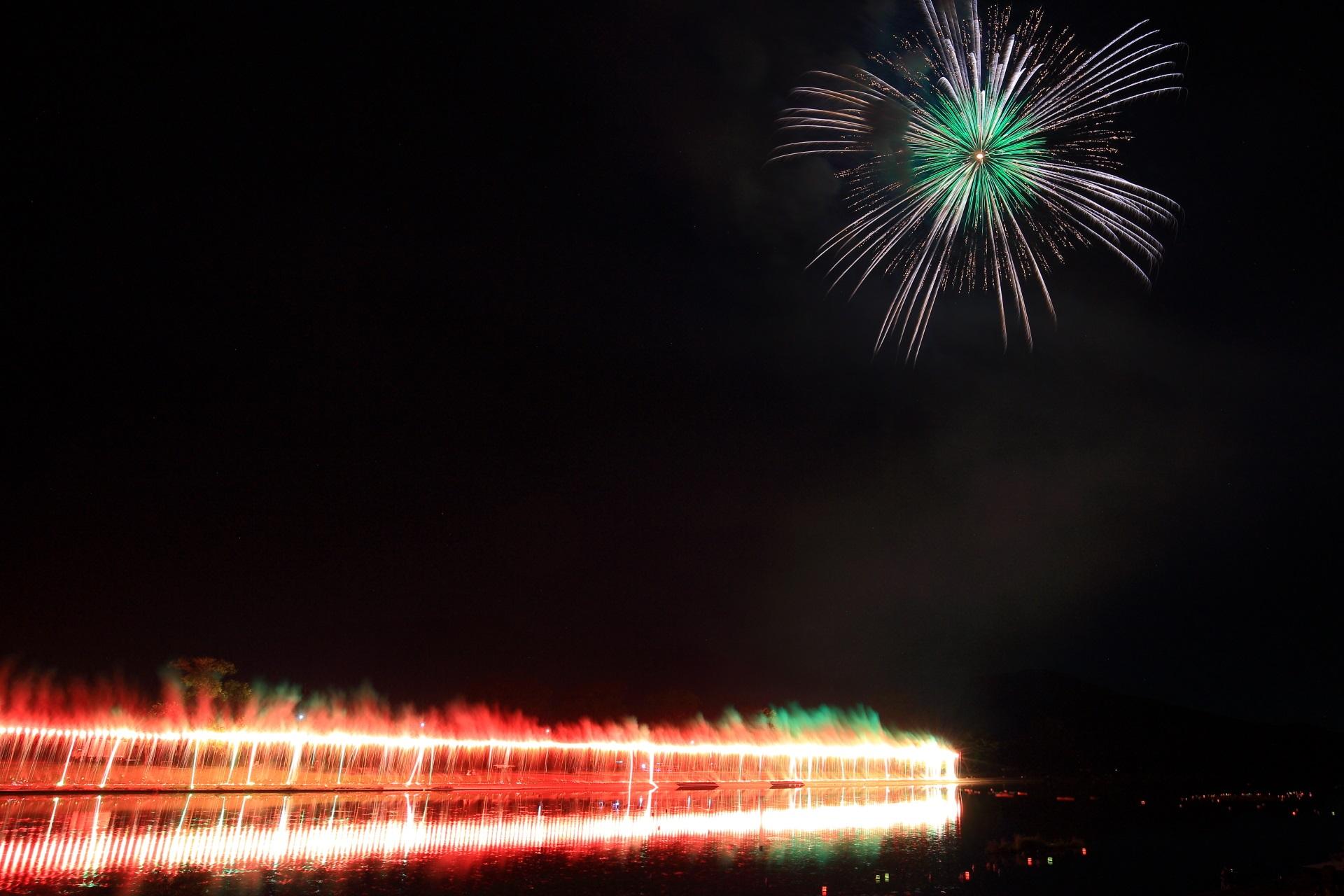 ナイアガラと夜空を彩る花火