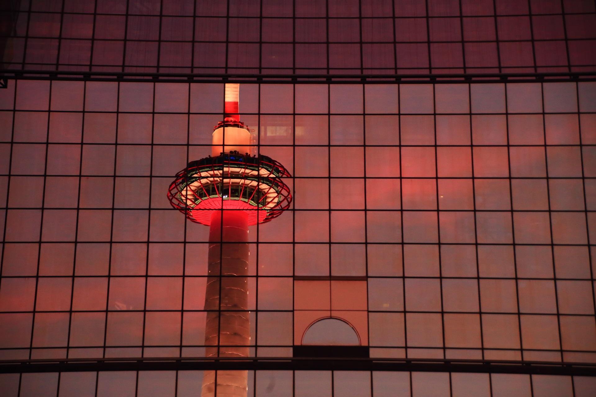 駅ビルに映る夕暮れの京都タワー